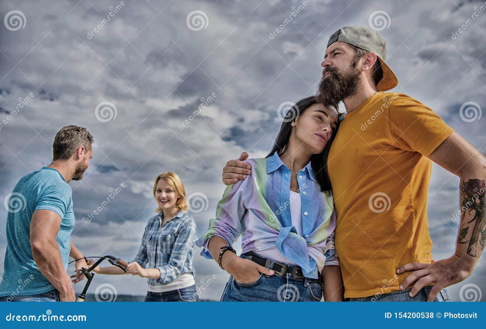 Consiga la bicicleta para la novia Alquile la bici y divi?rtase Concepto de alquiler del servicio de la bici Los pares gastan el