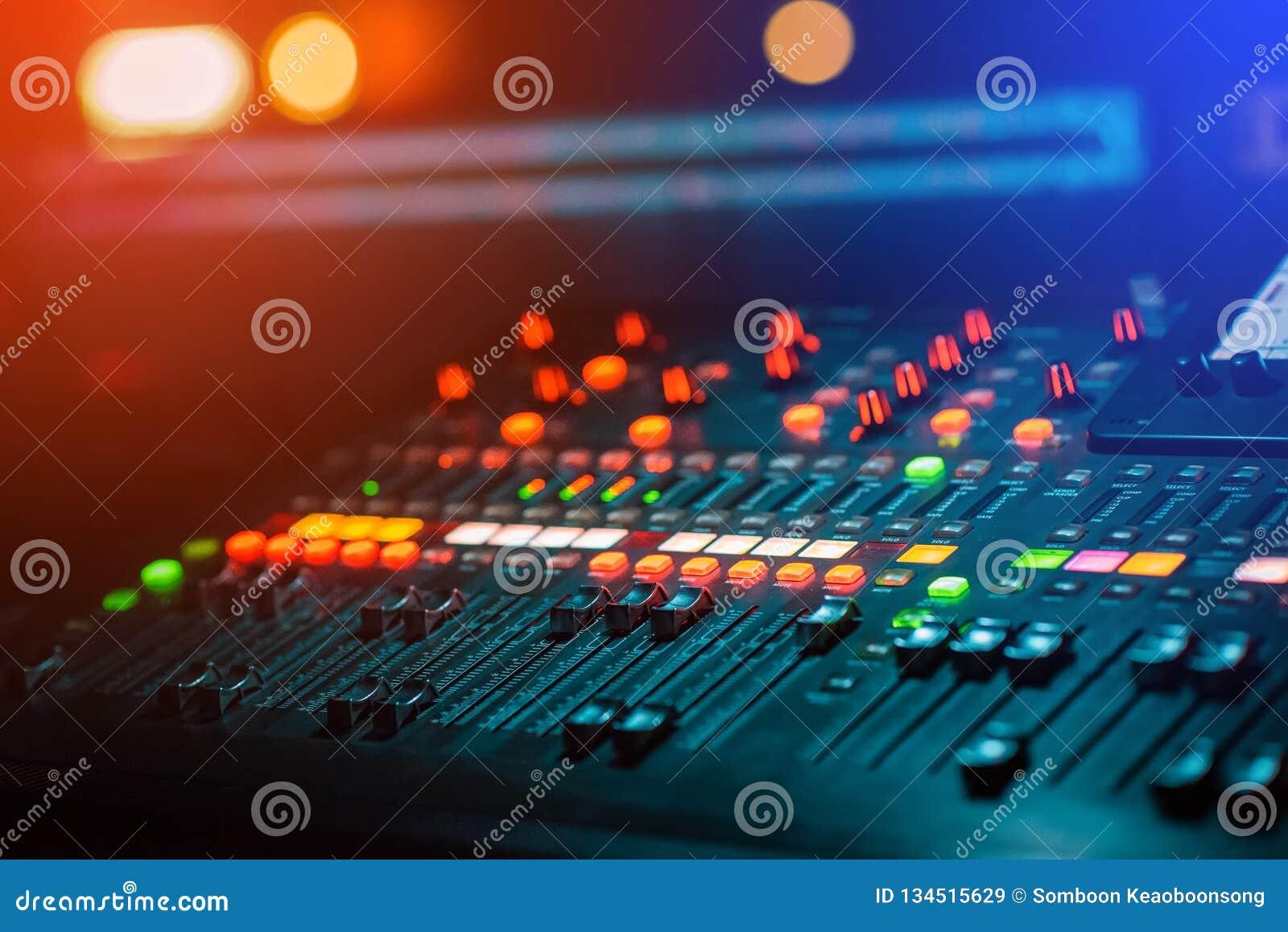 Consola de mezcla del mezclador de la música de DJ en el club nocturno para controlar el sonido con el bokeh