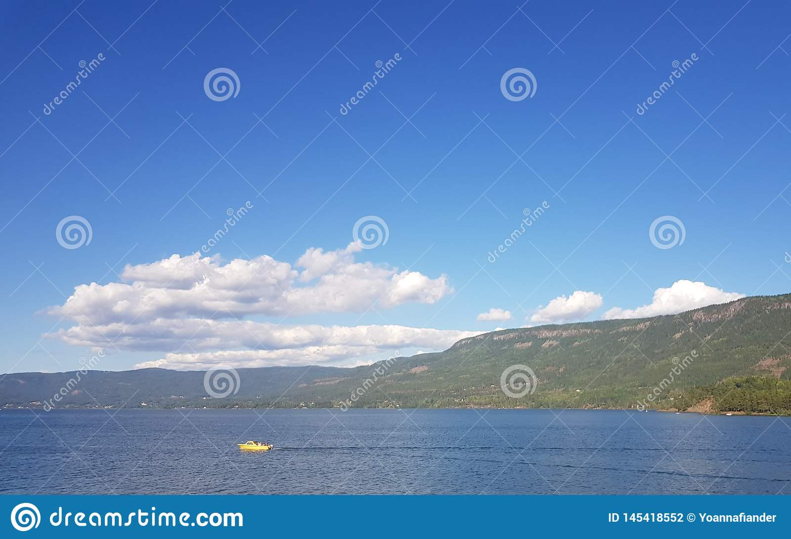 Console bonito em Noruega Skys azuis claros e nuvens brancas torradas