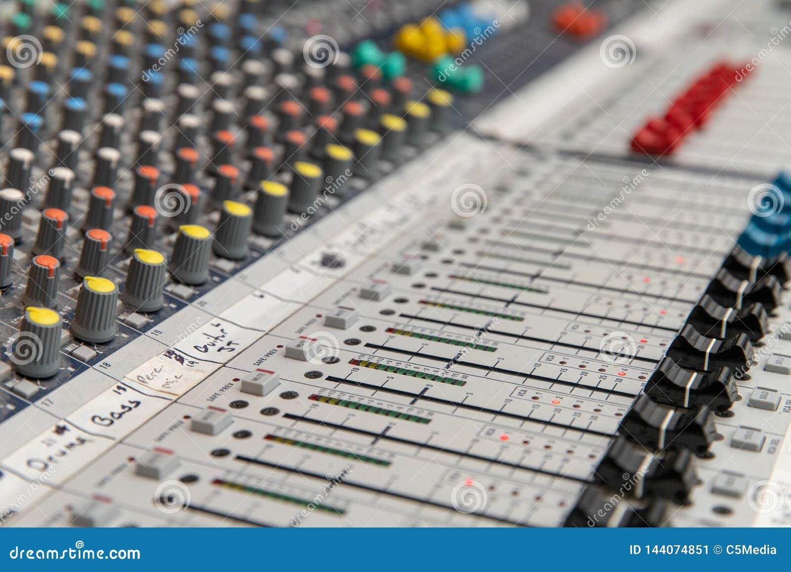 Console de mistura audio análogo