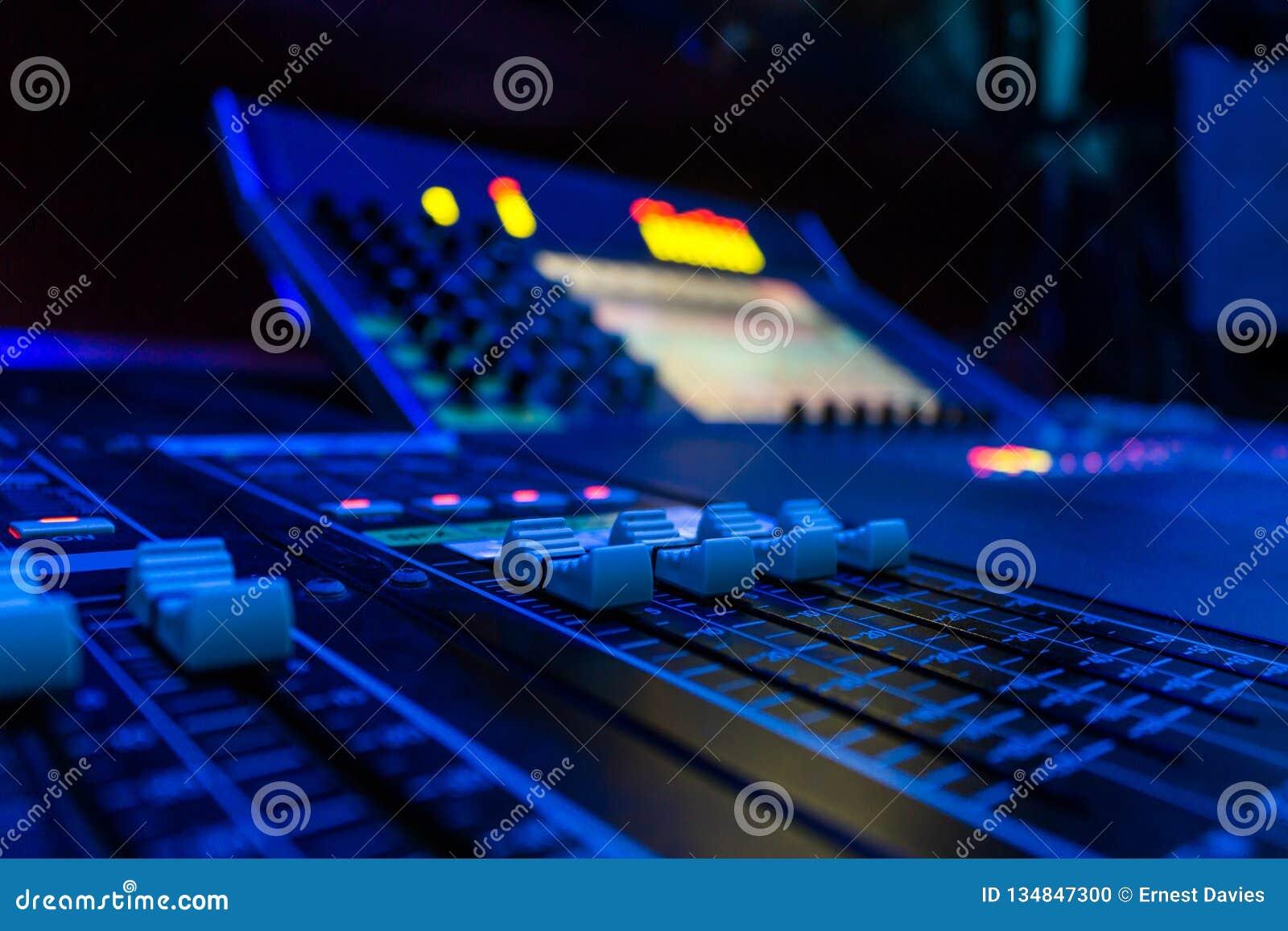 Console de mistura audio profissional da placa do ângulo largo