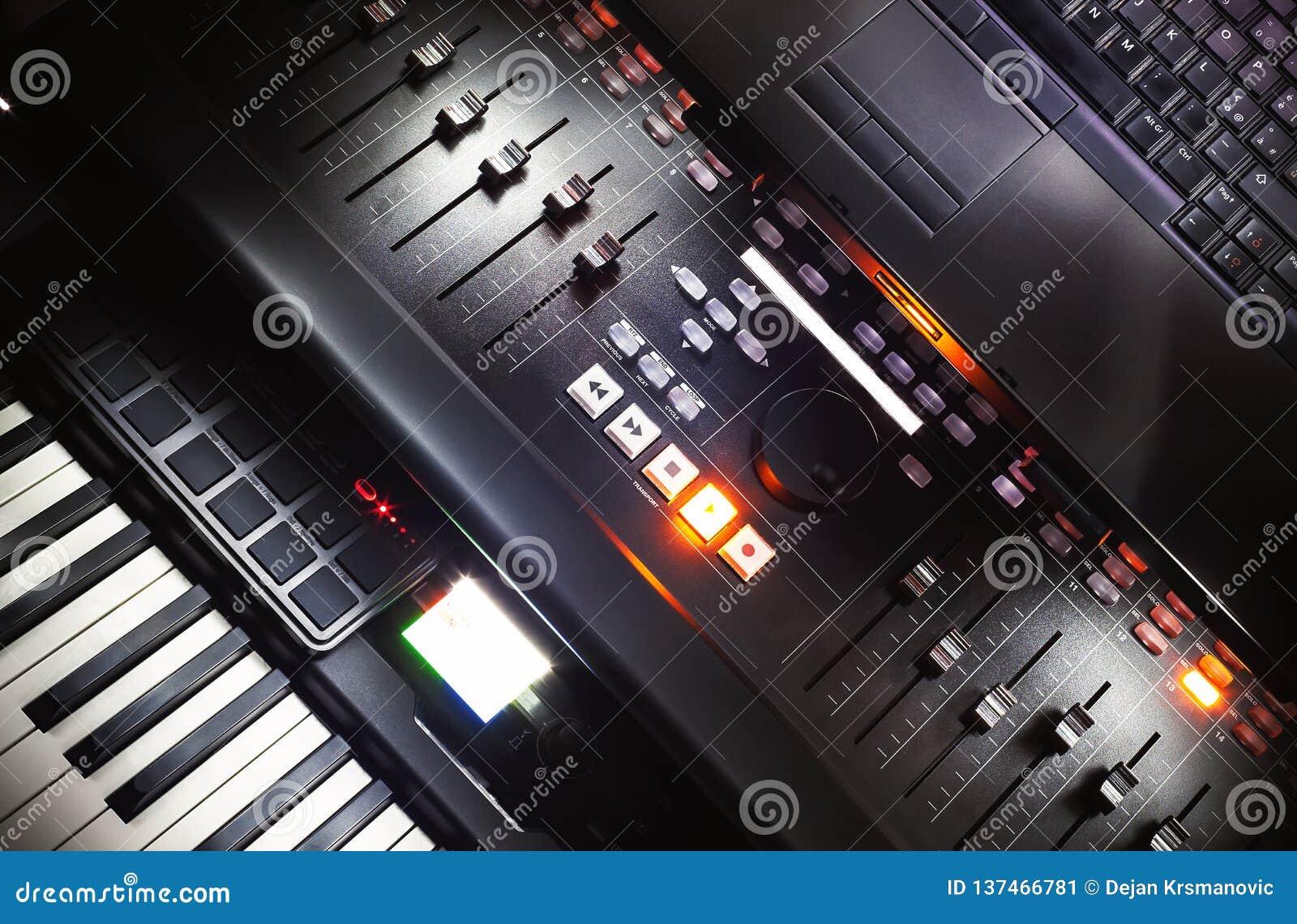 Console, piano et ordinateur portable de mélange