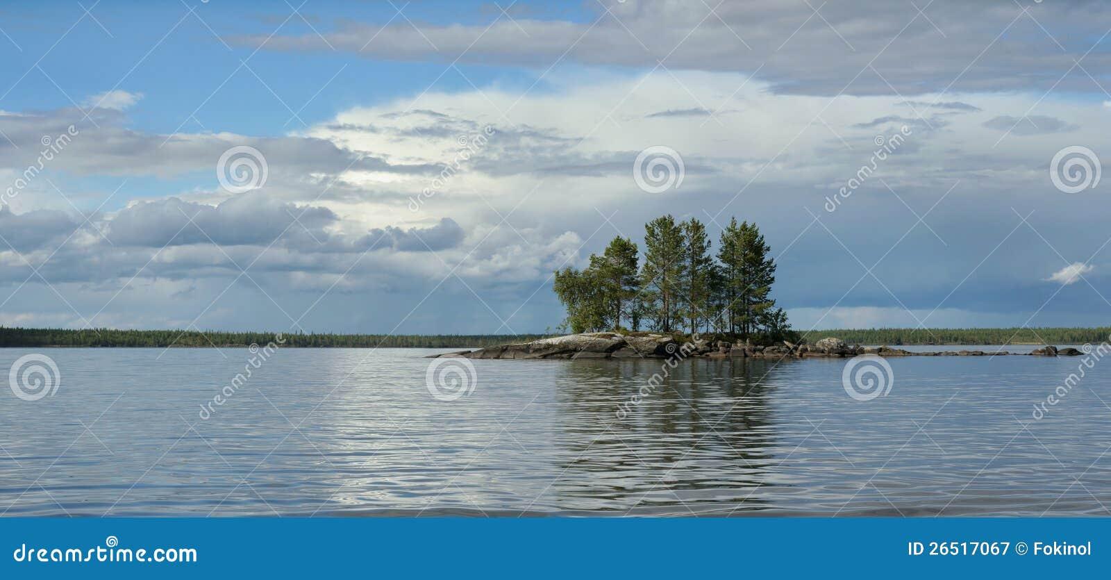 Console rochoso pequeno no lago