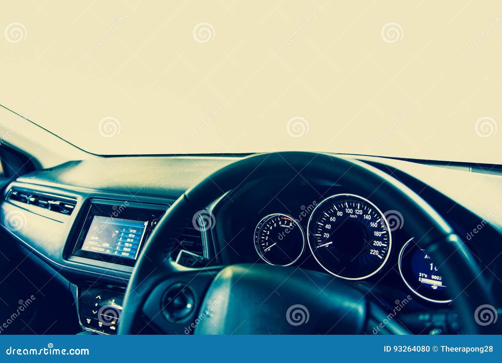 Console van de close-up toont de binnenlandse moderne auto met volledige voorruit SP