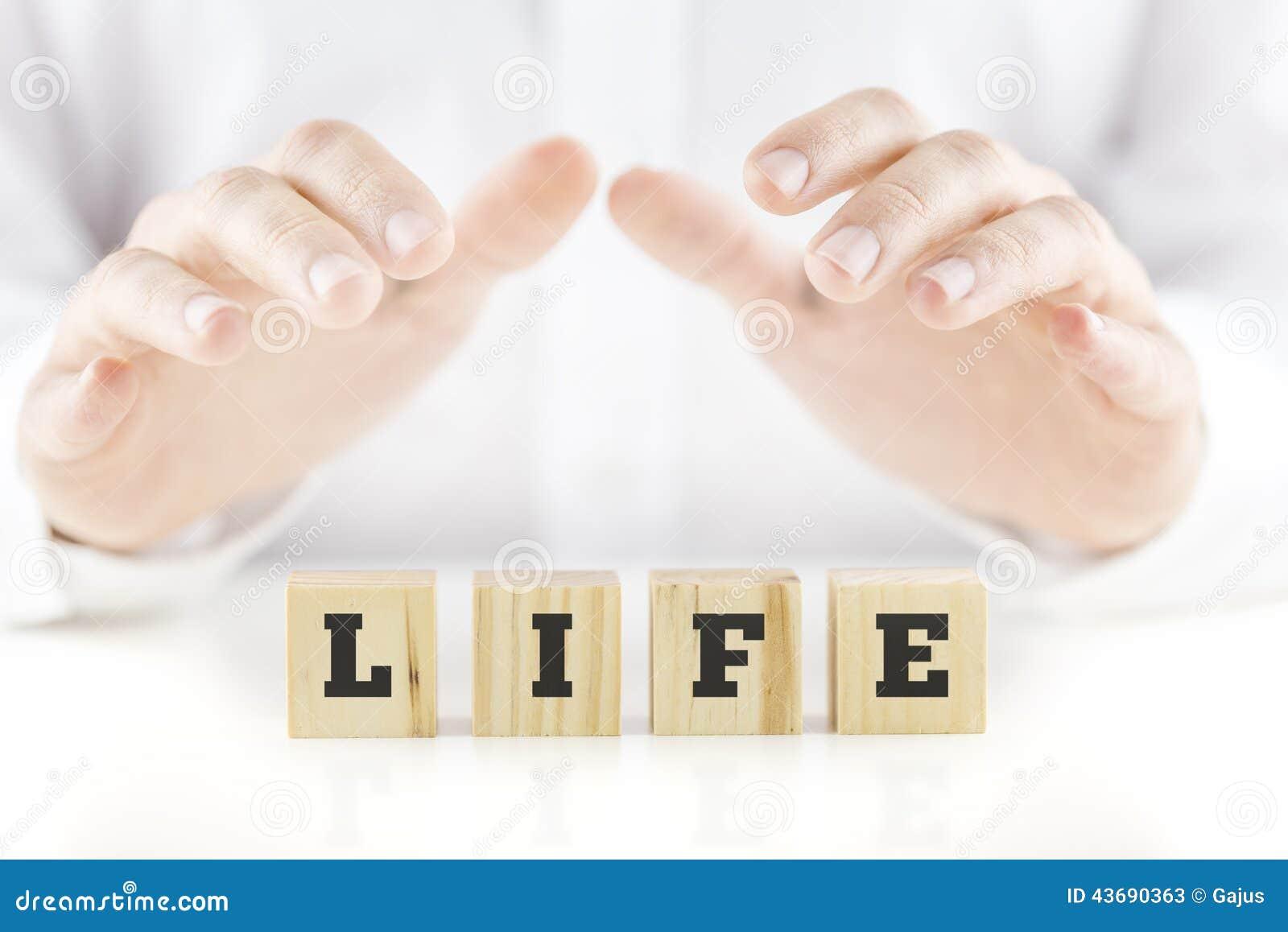 Consolidant des mains d un homme évasé au cours de la vie de mot