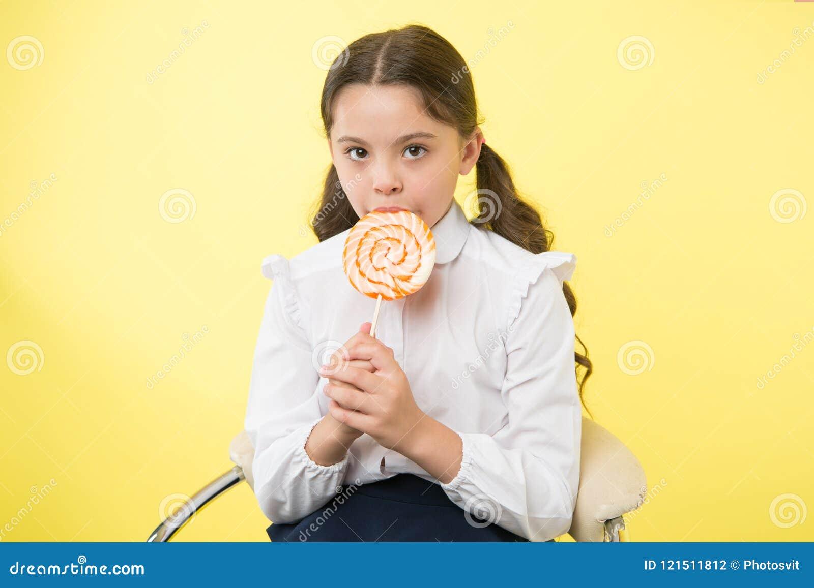 Consommation saine Concept de consommation et suivant un régime sain la fille n aiment pas la consommation saine consommation sai