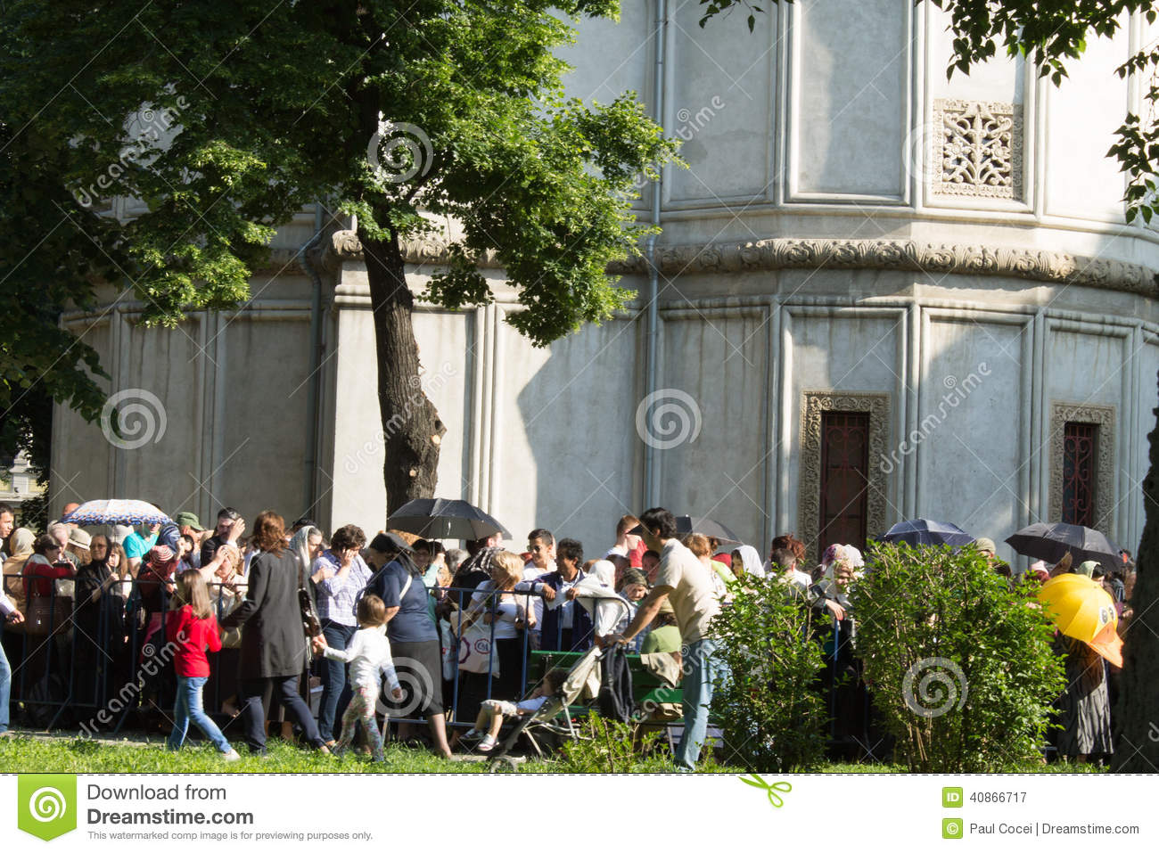 Constantine Brancoveanu procession: people waiting in line