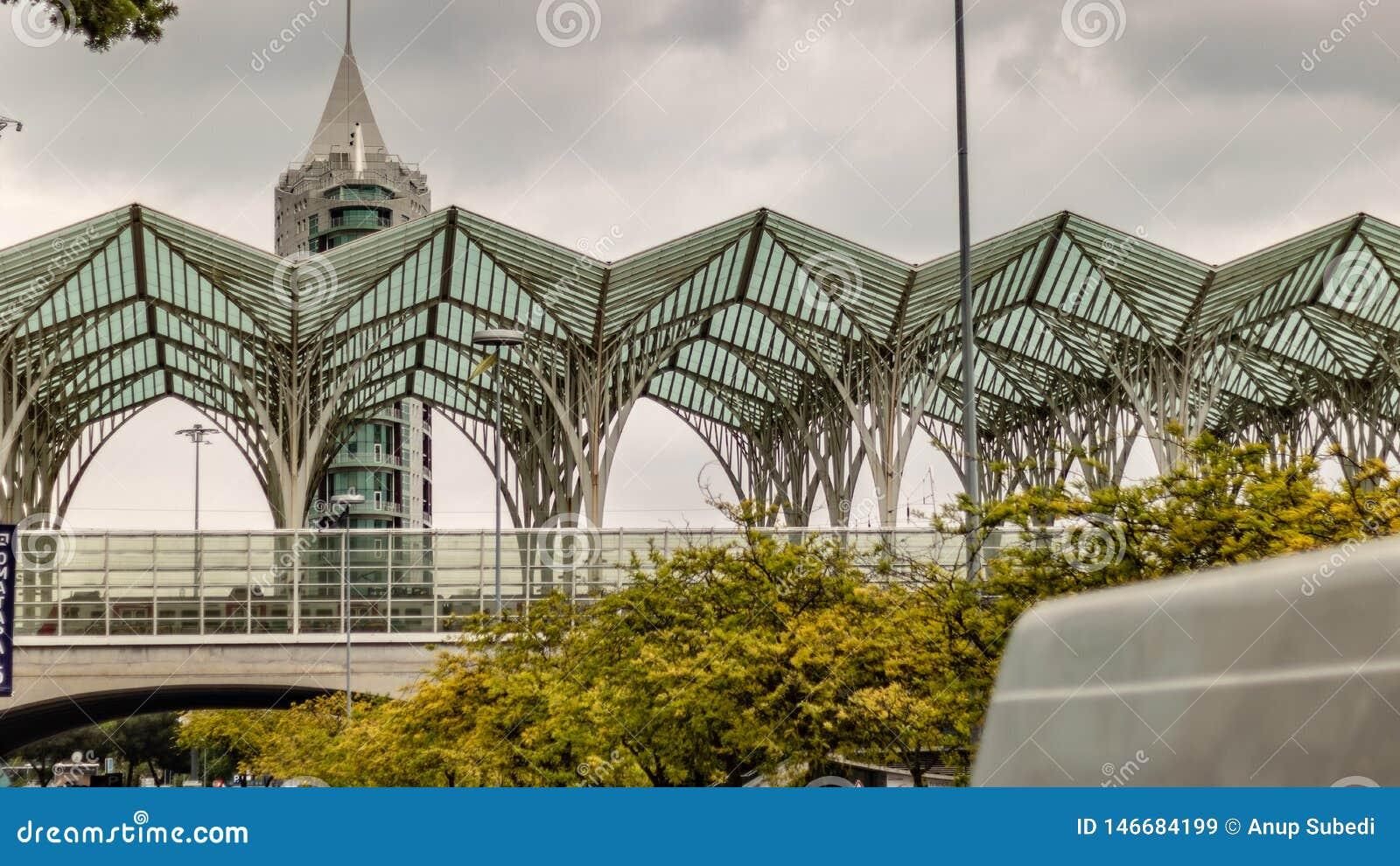 Construção alta e arquitetura de vista moderna