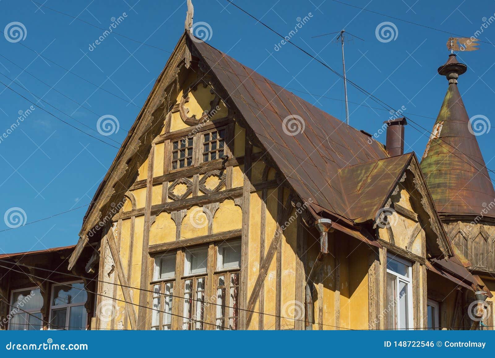 Constru??o amarela de madeira alem?o velha Parte superior da constru??o