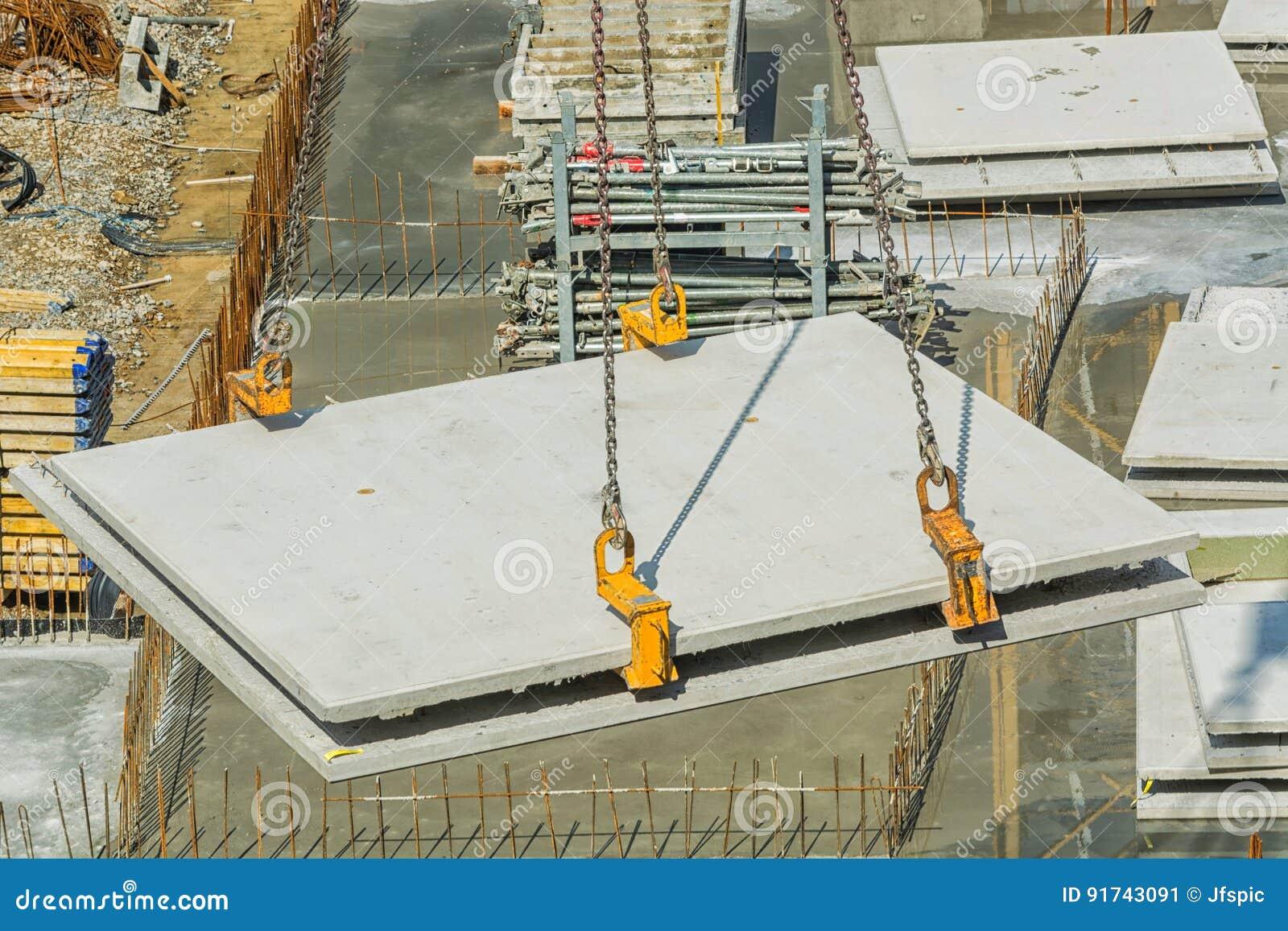 Construção civil com muros de cimento