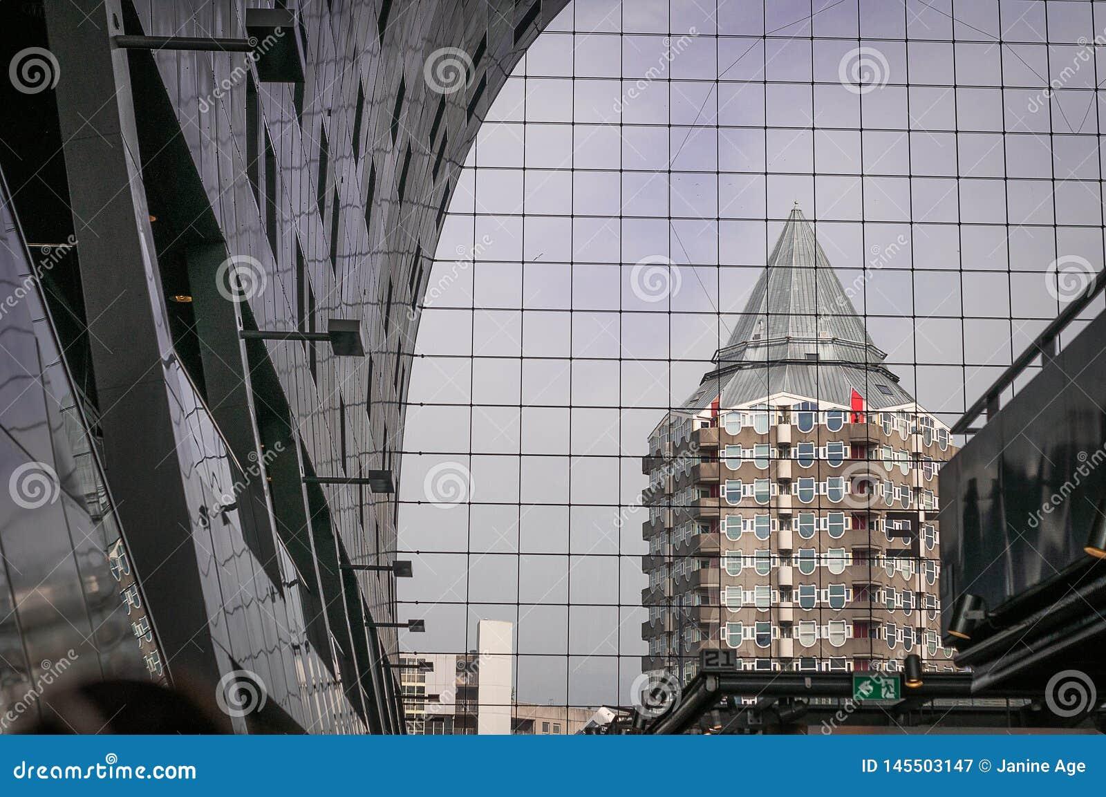 Construção com reflexão nas janelas da construção