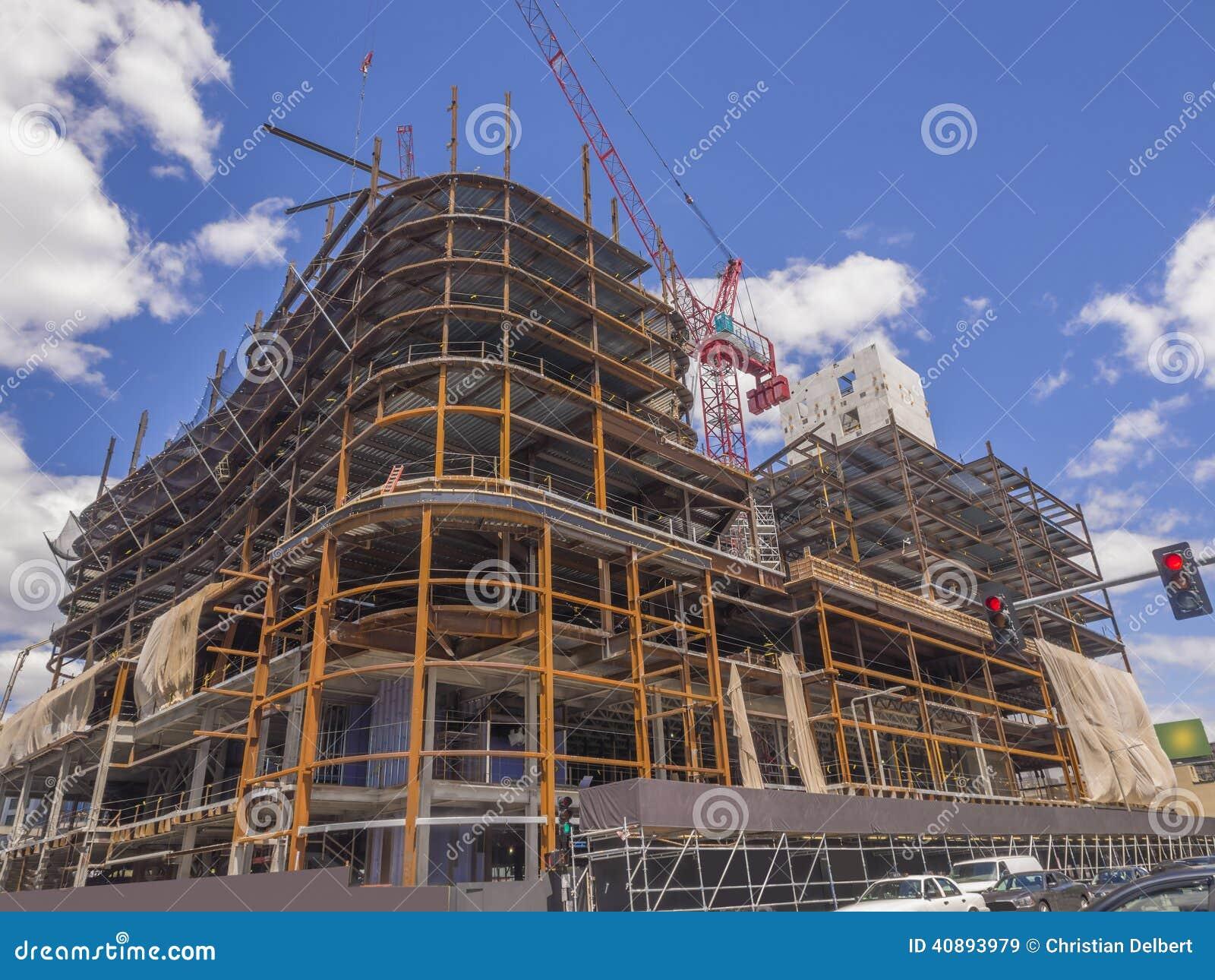 Construção comercial nova que vai acima