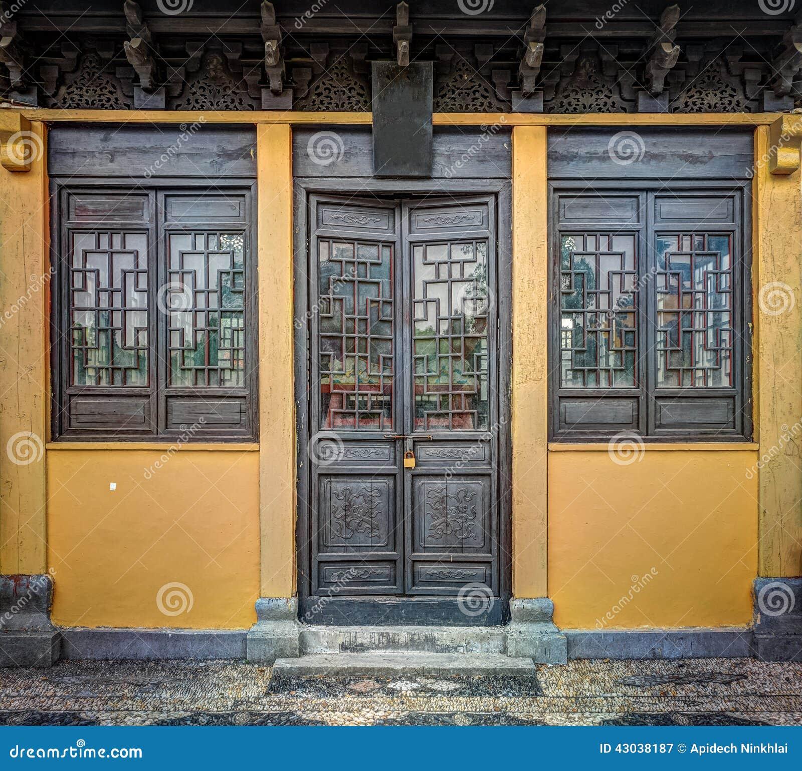 #A27329  Porta As Janelas E O Telhado De Madeira Cinzelados Foto de Stock 1254 Portas E Janelas Em Madeira Juiz De Fora