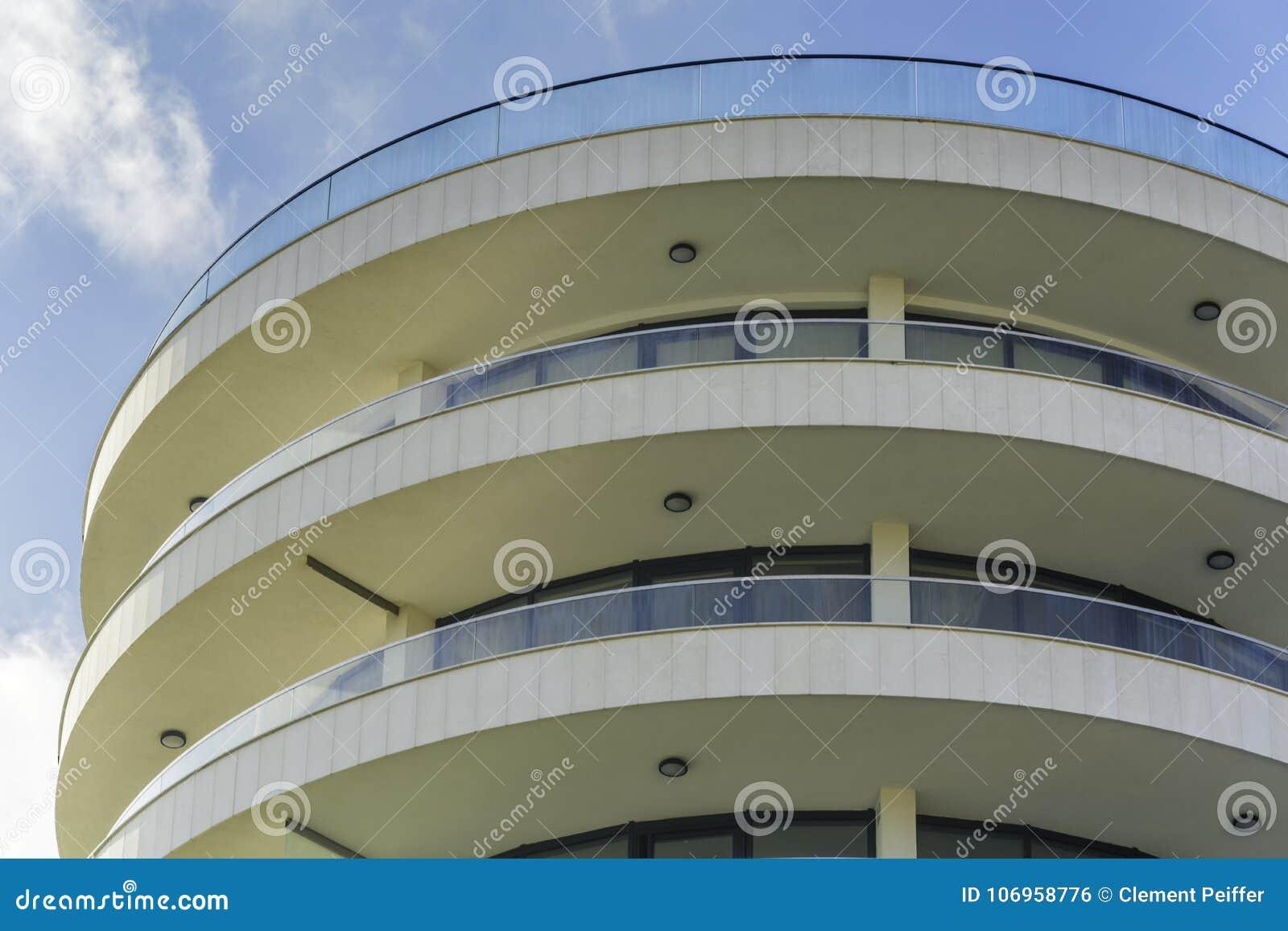 Construção curvada moderna do hotel