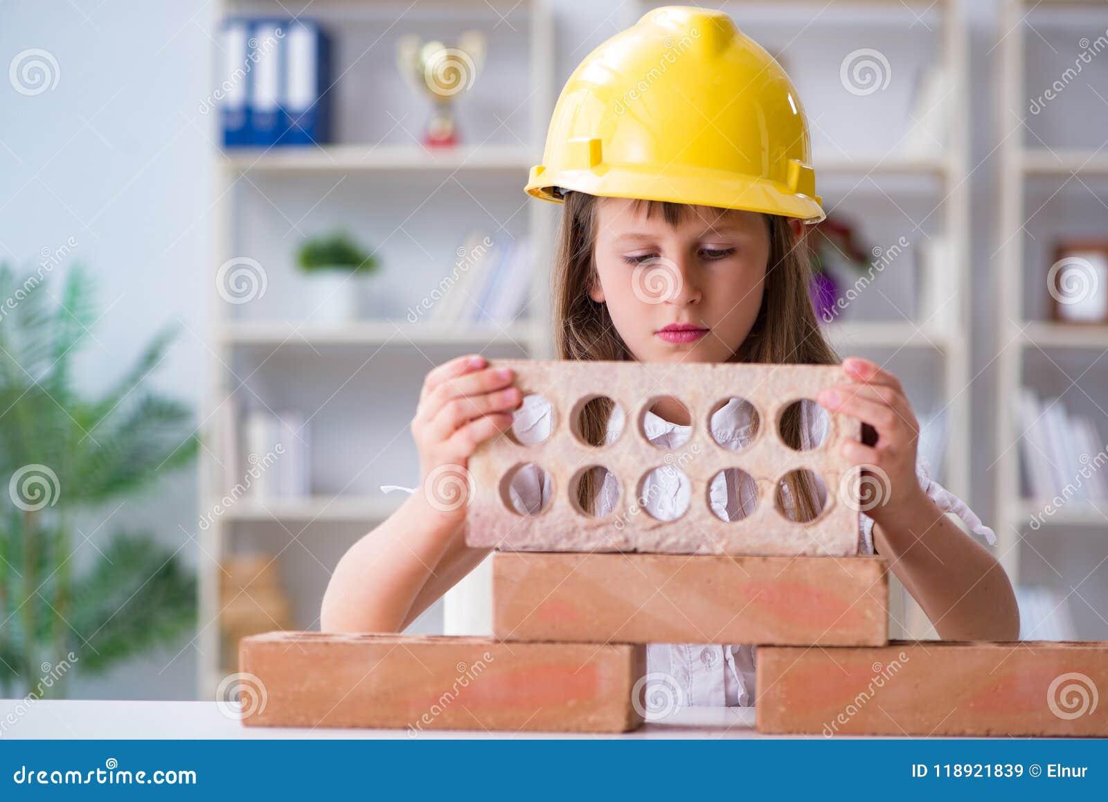 A construção da moça com tijolos da construção