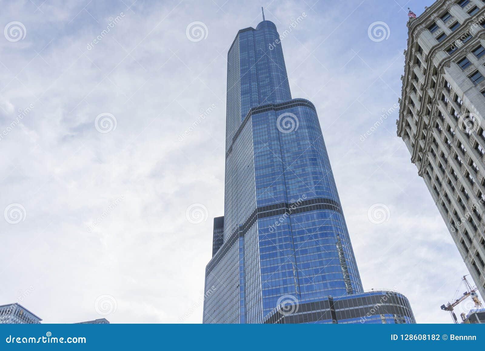 Construção da torre do trunfo em Chicago River