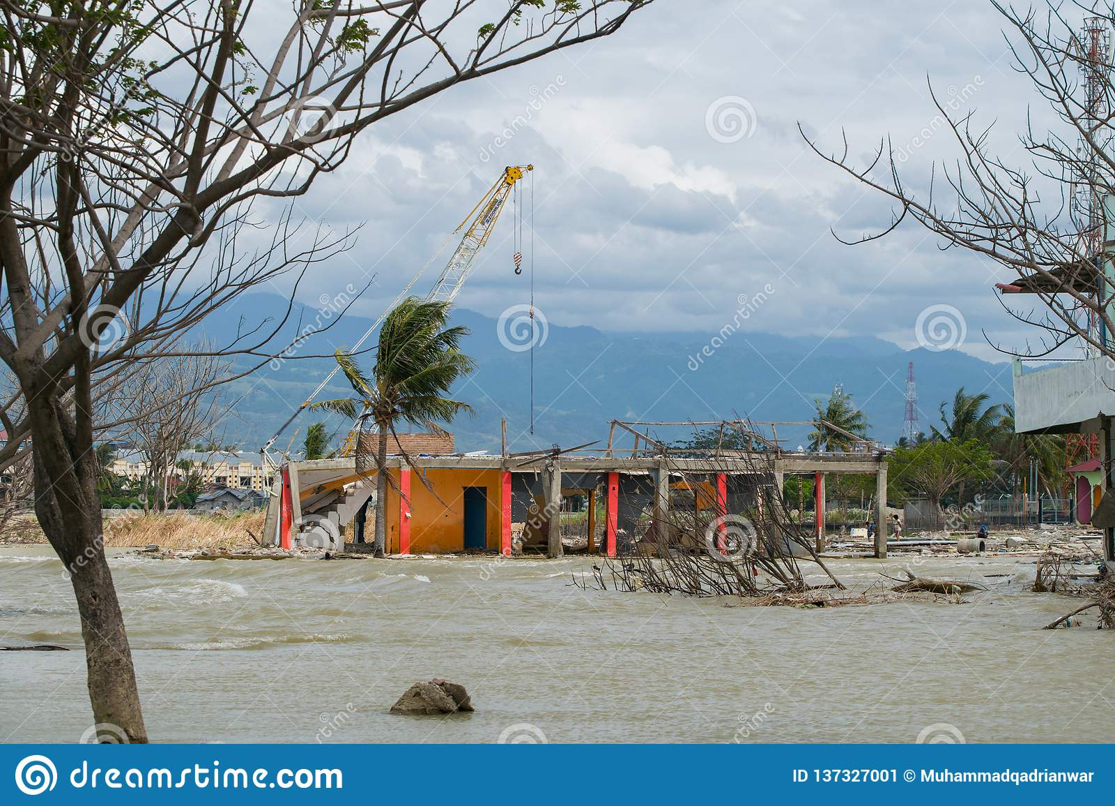Construção danificada de limpeza após tsunami Palu On o 28 de setembro de 2018