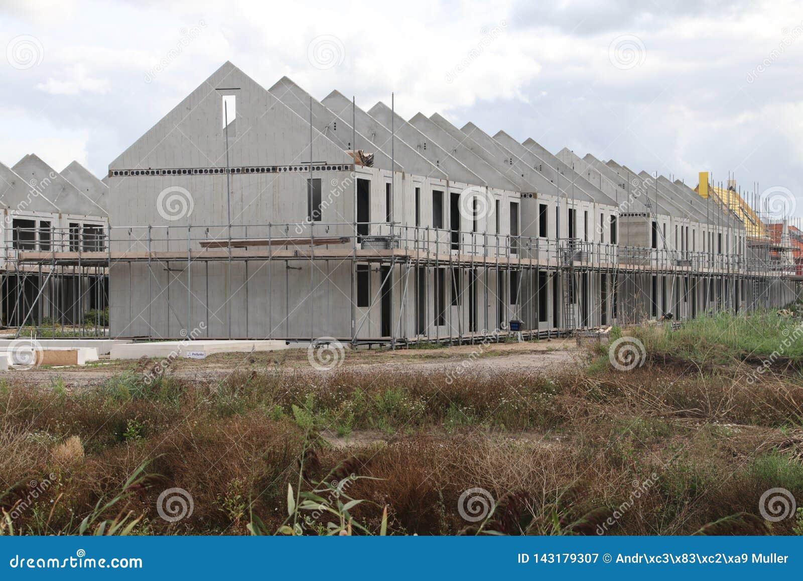 Construção das casas em um distrito residencial novo Koningskwartier em Zevenhuizen os Países Baixos