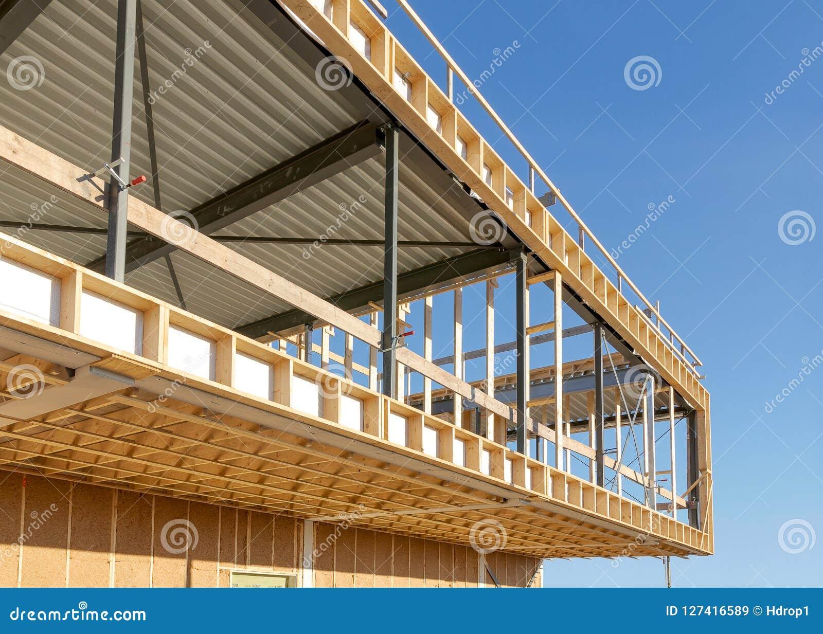 Construção de aço e de madeira de uma construção comercial, canteiro de obras
