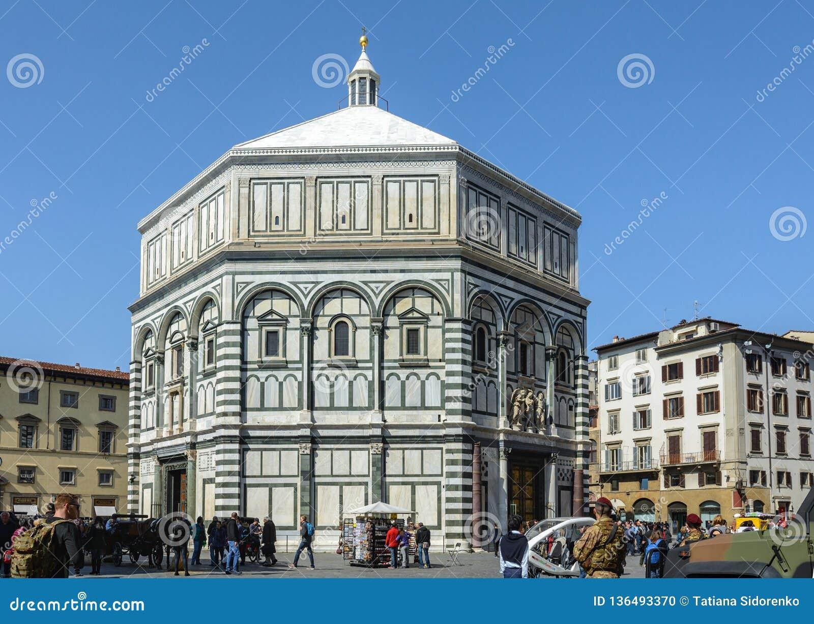 A construção de Baptisperia é decorada com bas-relevos, que os artesãos bizantinos trabalharam sobre A atração principal de Flore