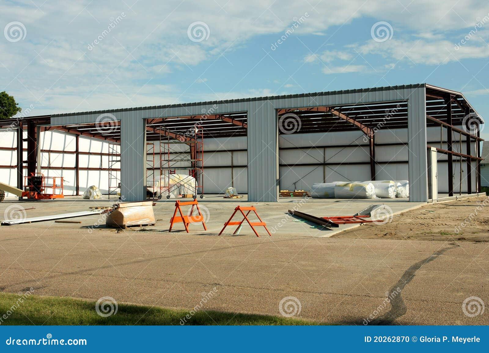 Construção de edifício do estilo de Quonset