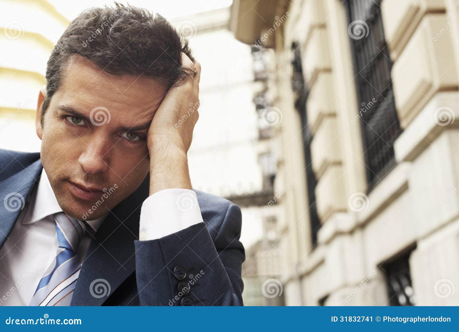 Construção de With Headache Against do homem de negócios
