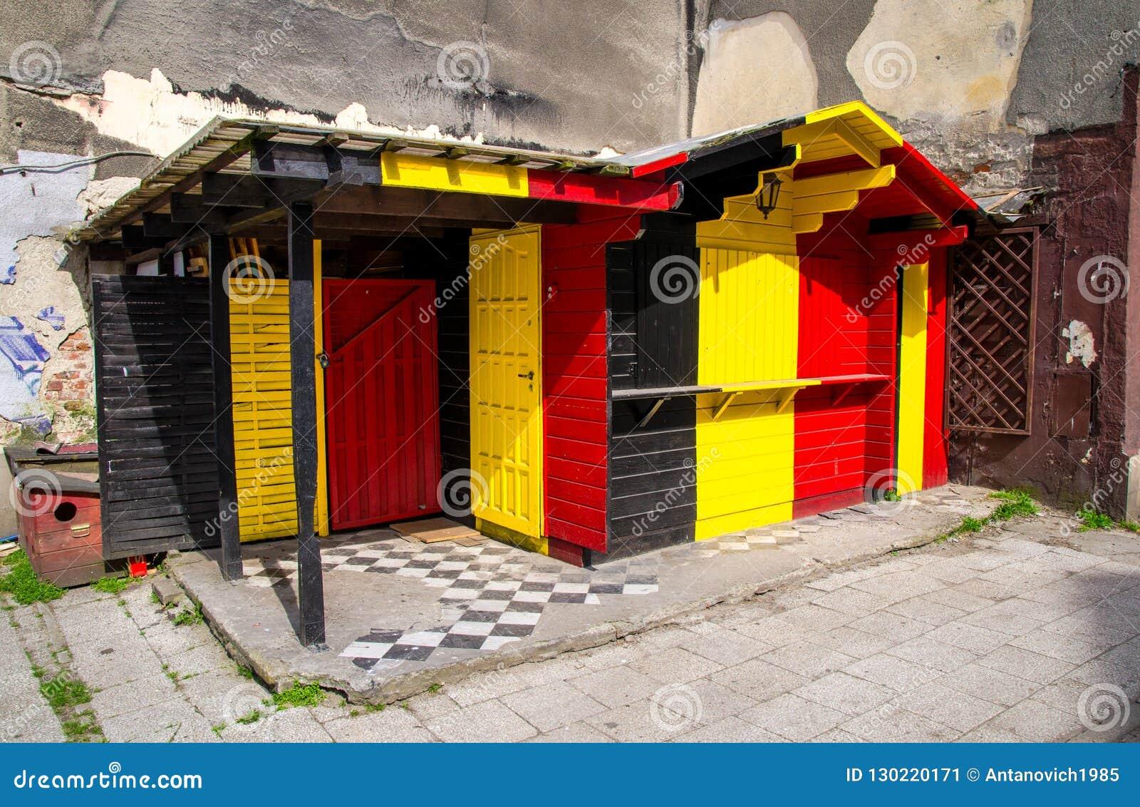 Construção de madeira com cores da bandeira de Bélgica e de Alemanha