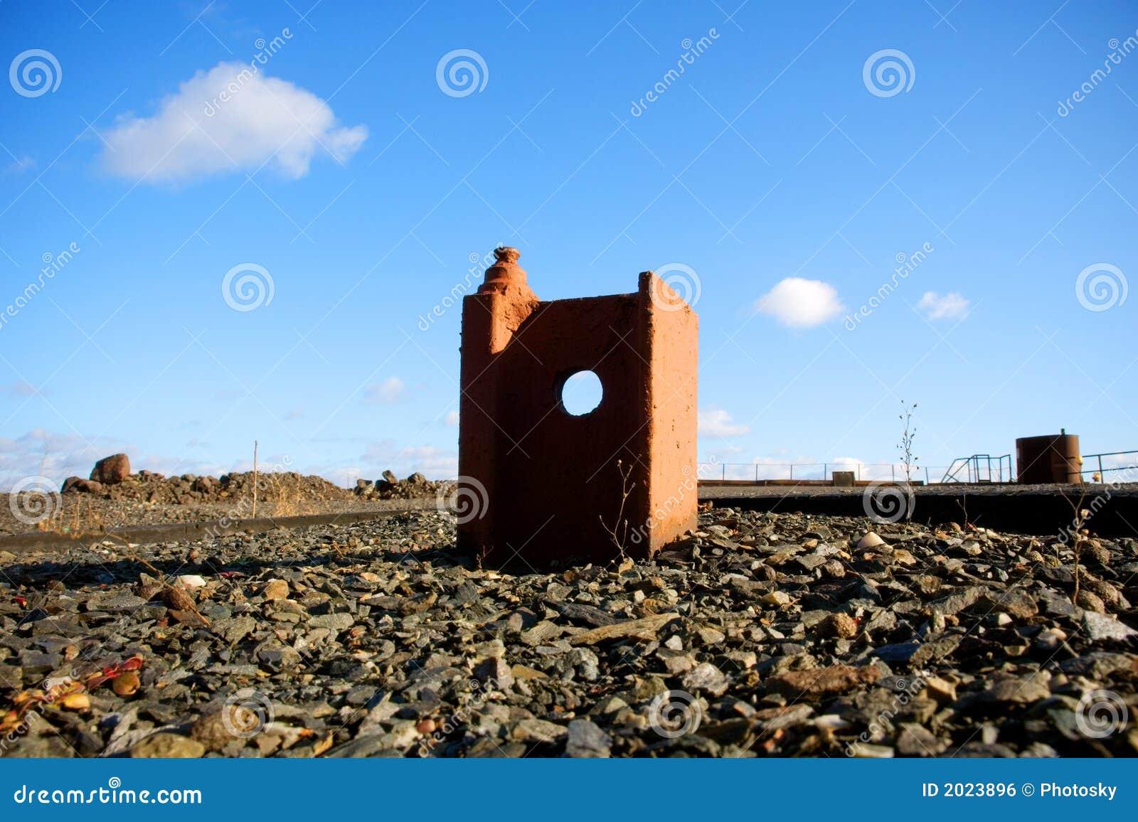 Construção de trilho oxidada estranha com furo