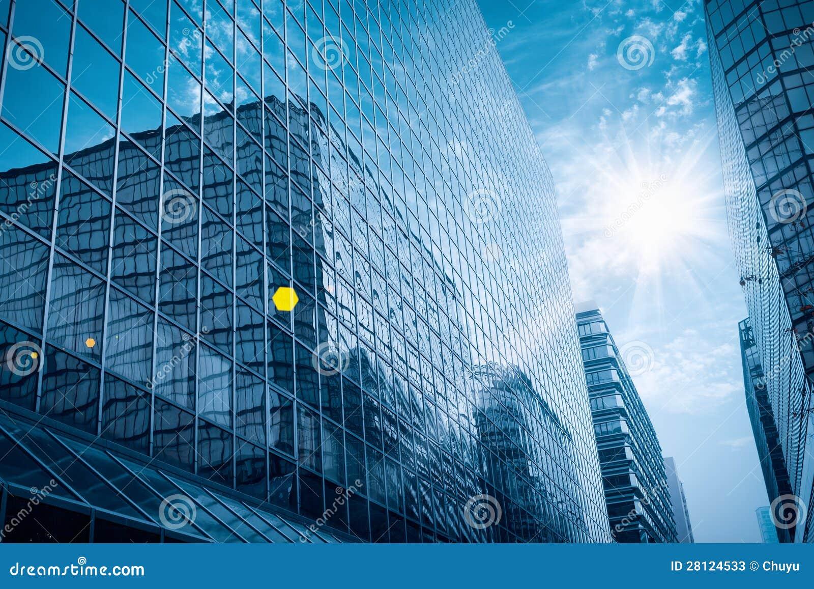 Construção de vidro moderna sob o céu azul