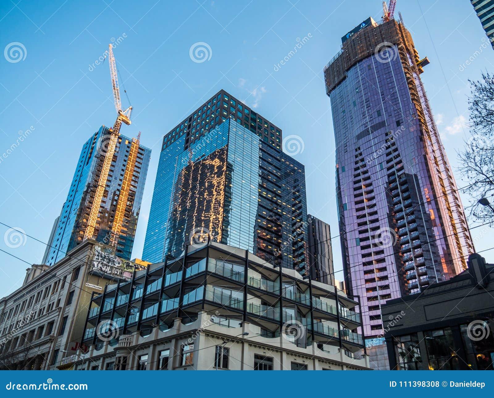 Construção do apartamento e de prédios de escritórios novos
