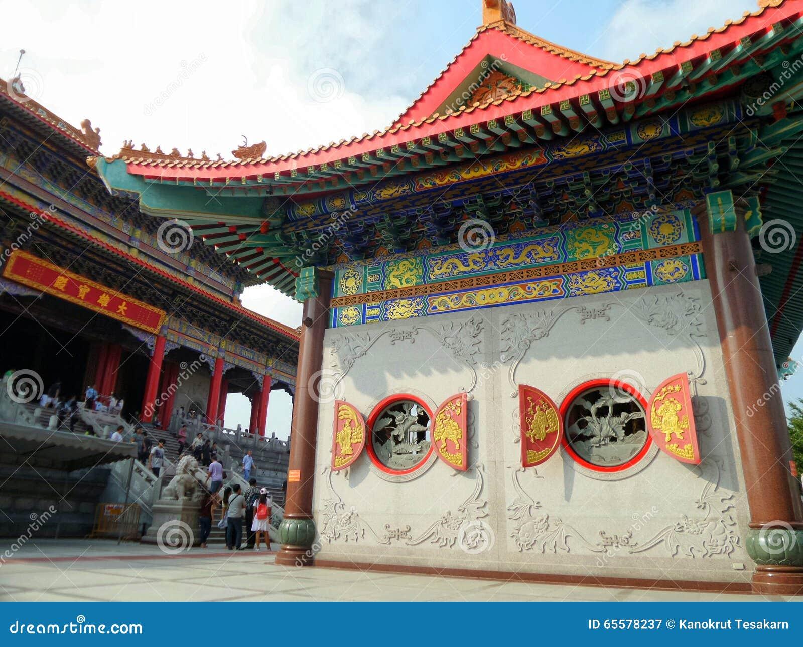 Construção do estilo chinês e janela redonda de madeira do vermelho e do ouro com escultura chinesa nativa