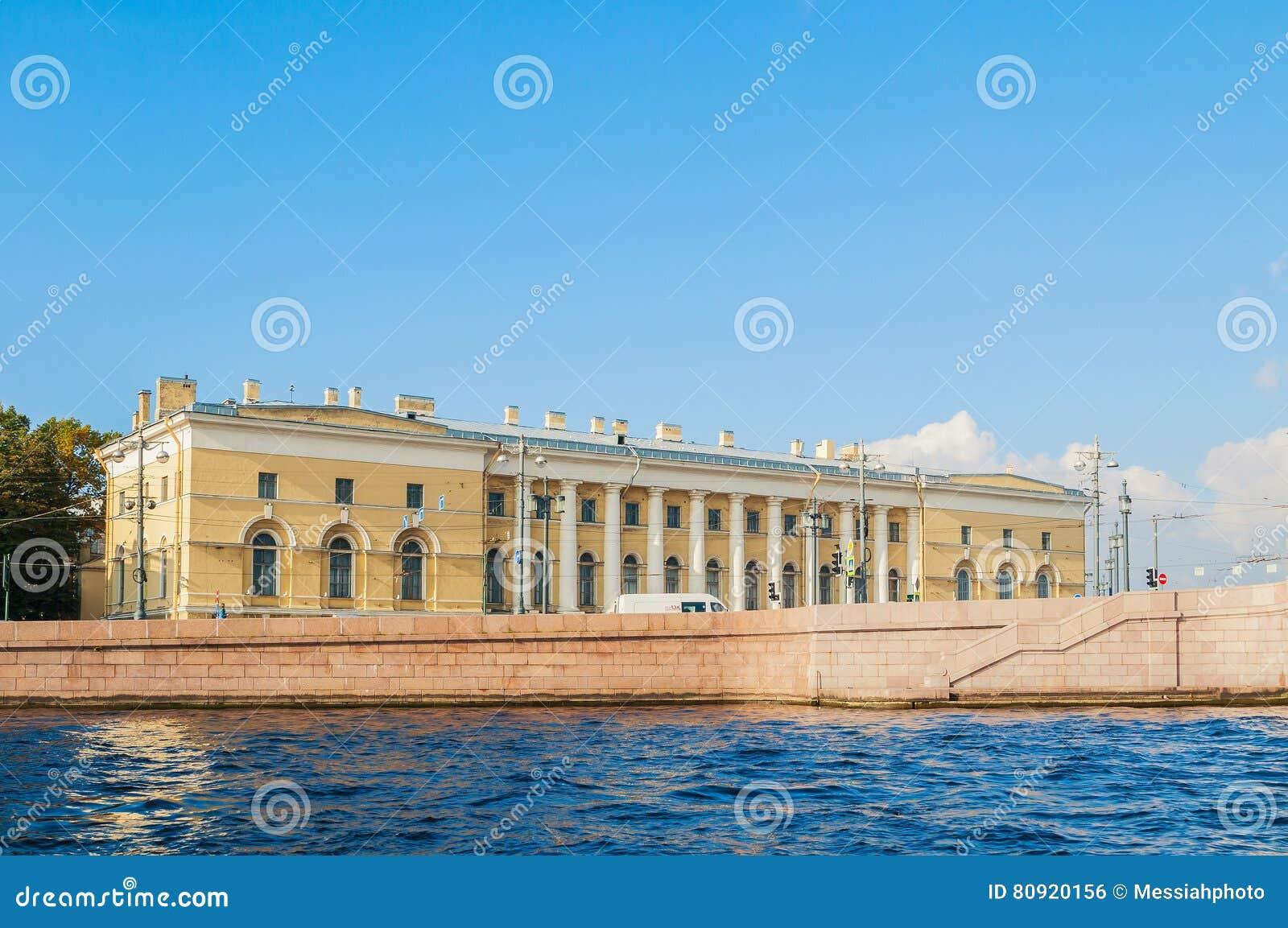 Construção do museu zoológico, antigo armazém sul da troca em St Petersburg, Rússia