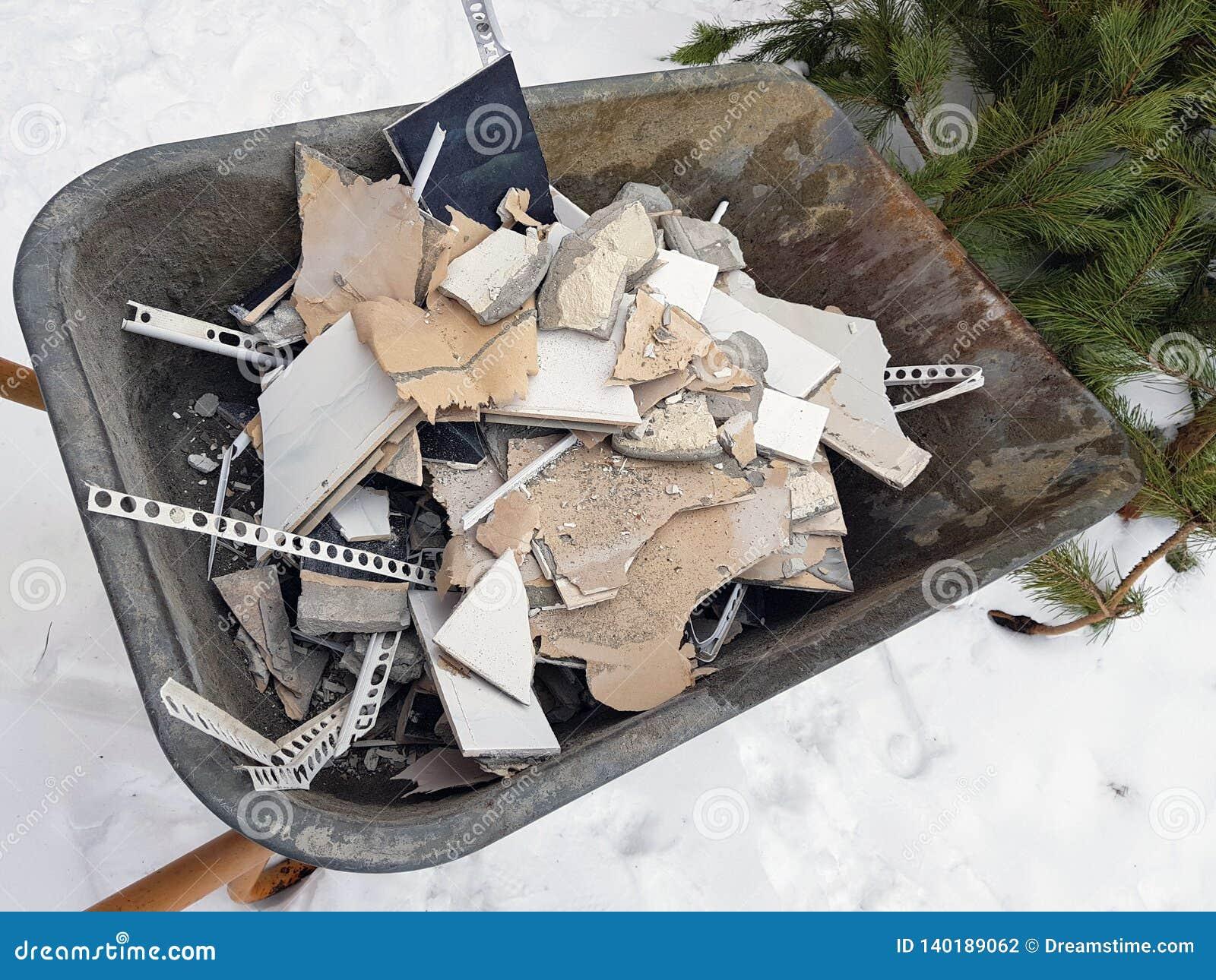 Construção do reparo e desperdício da construção no trole da construção