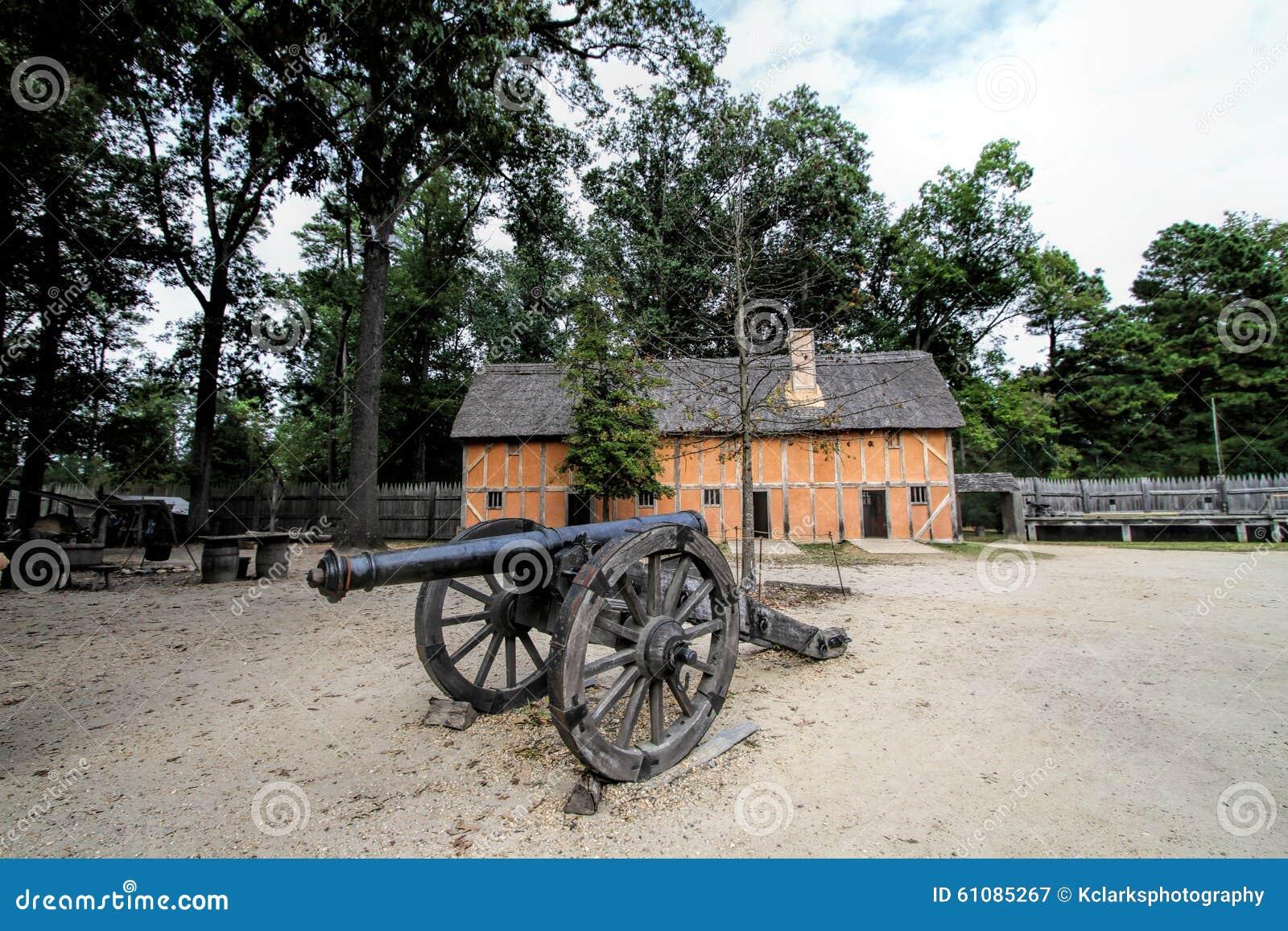 Construção e canhão históricos do pagamento de Jamestown