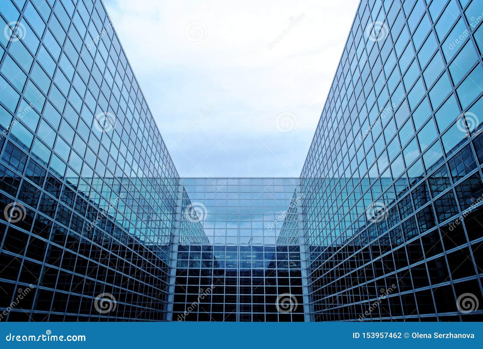 Construção futurista moderna com fachada de vidro