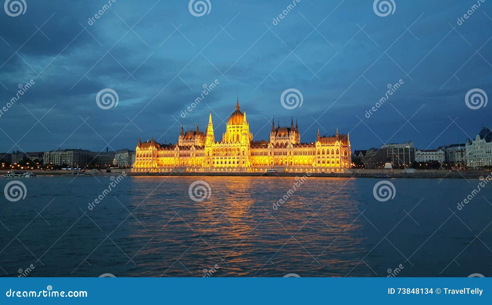 A construção húngara do parlamento na noite