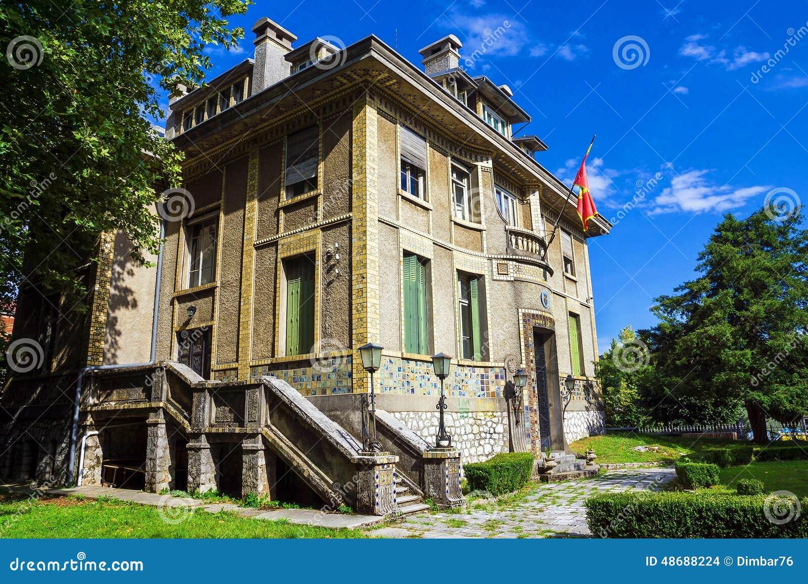 Construção histórica bonita no Cetinje histórico, Montenegr