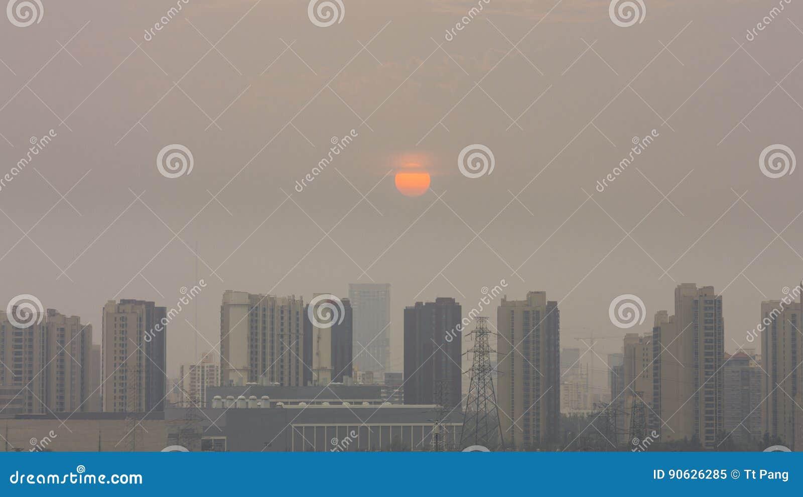A construção horizontal do ângulo alto disparou do por do sol em beijing em umas FO
