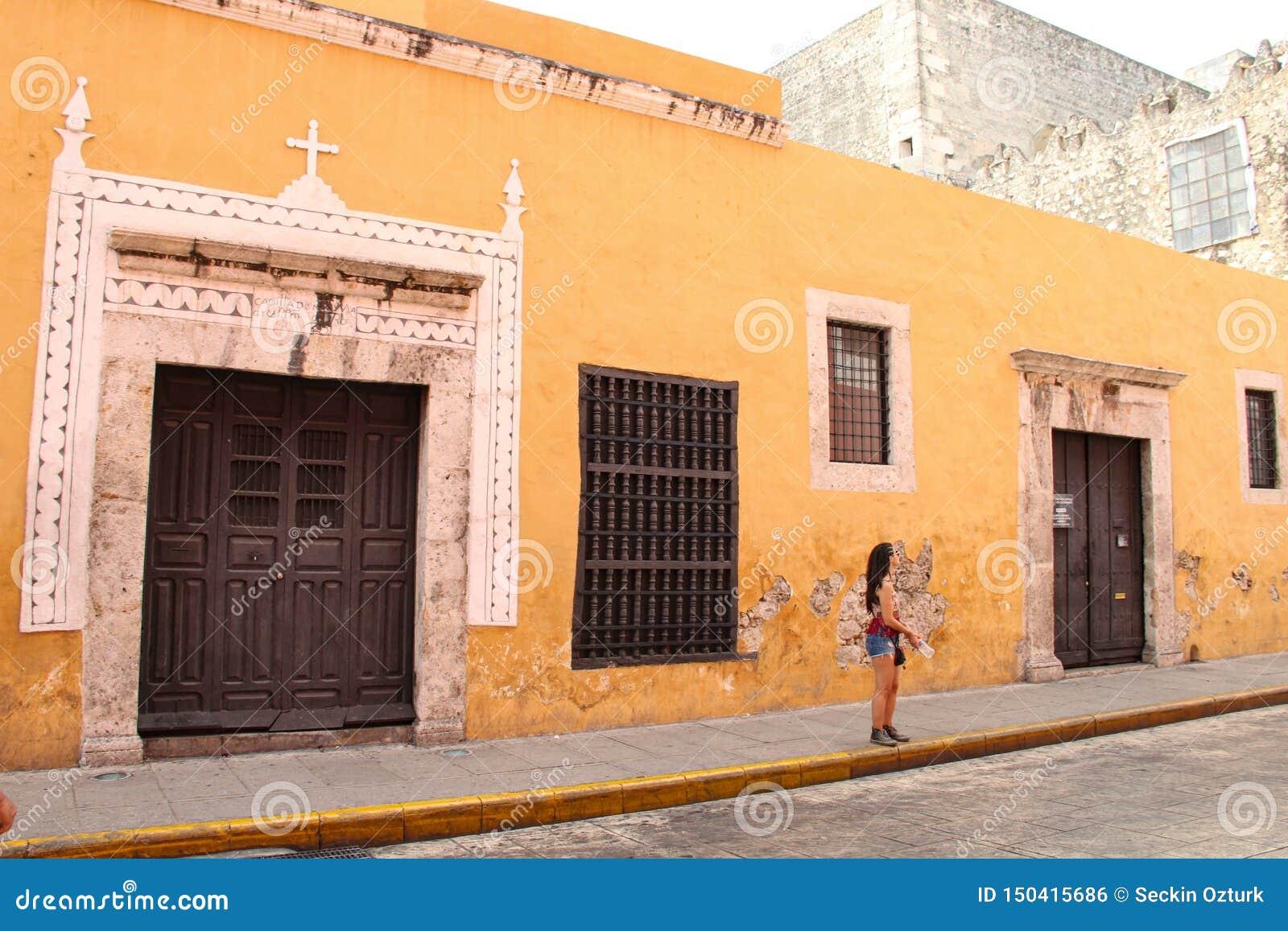 Construção maia velha com a parede amarela em Merida