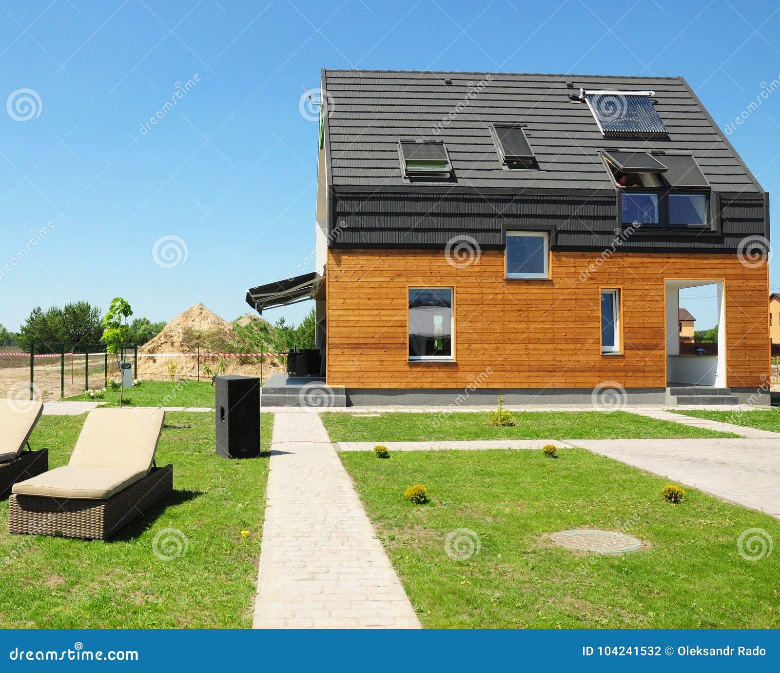 Construção moderna da casa Os sistemas solares do aquecimento de água SWH usam os painéis solares do telhado Claraboia home, trap