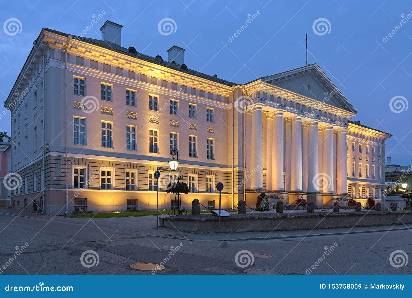 A construção principal da universidade no crepúsculo, Estônia de Tartu