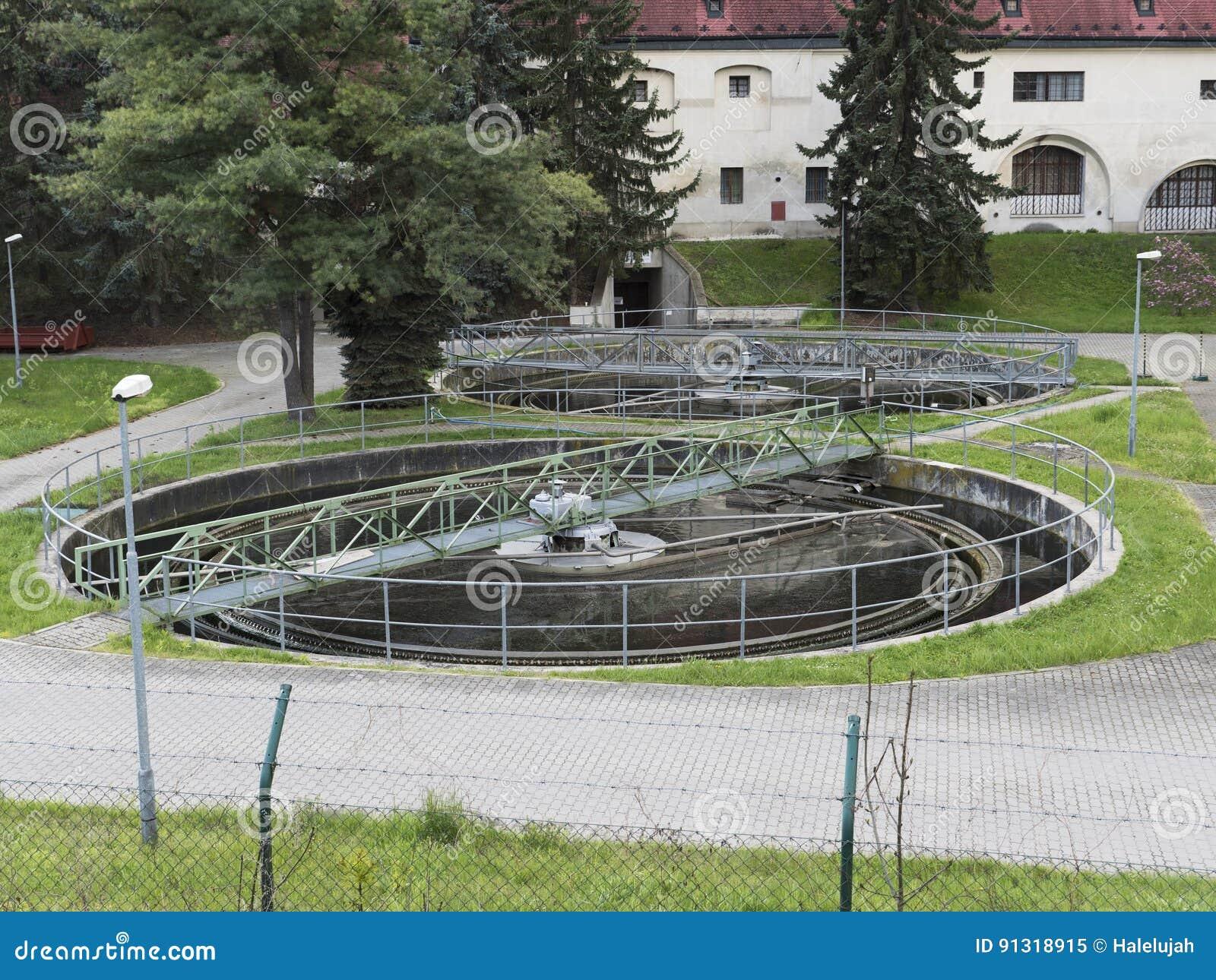 Construção realística do tratamento da água, purificador da bactéria Grupo industrial do líquido de limpeza da química