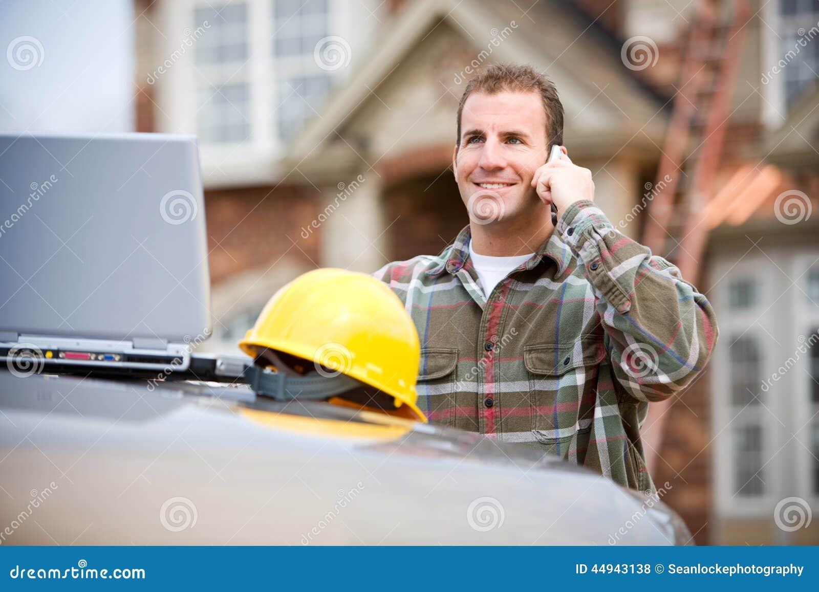 Construção: Trabalhador da construção no telefone