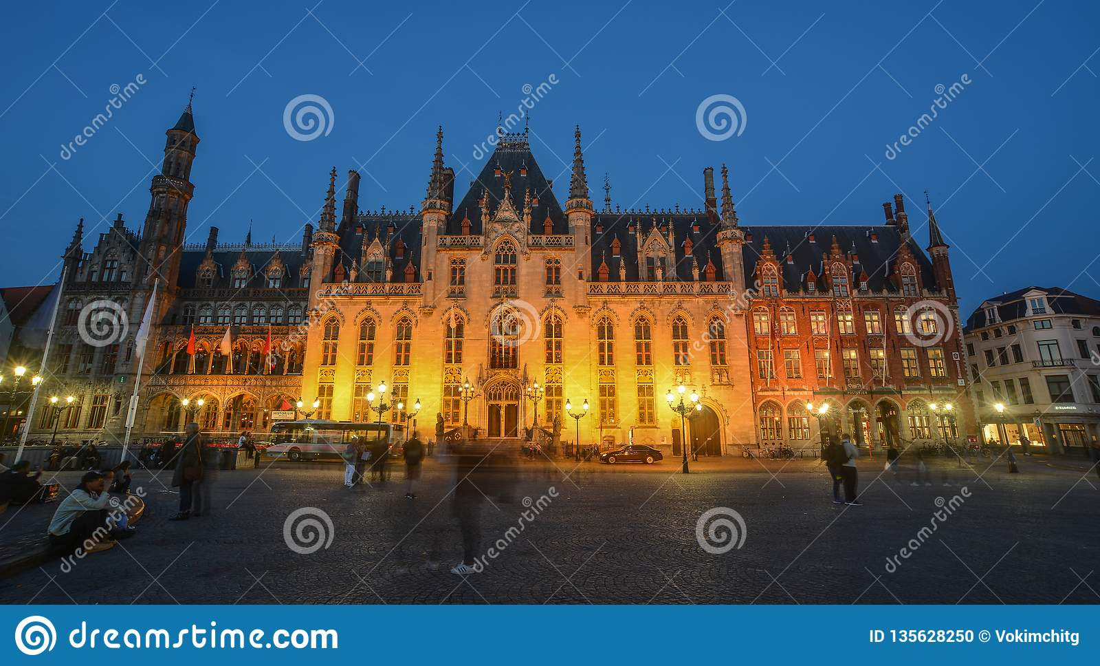 Construção velha na noite em Bruges, Bélgica