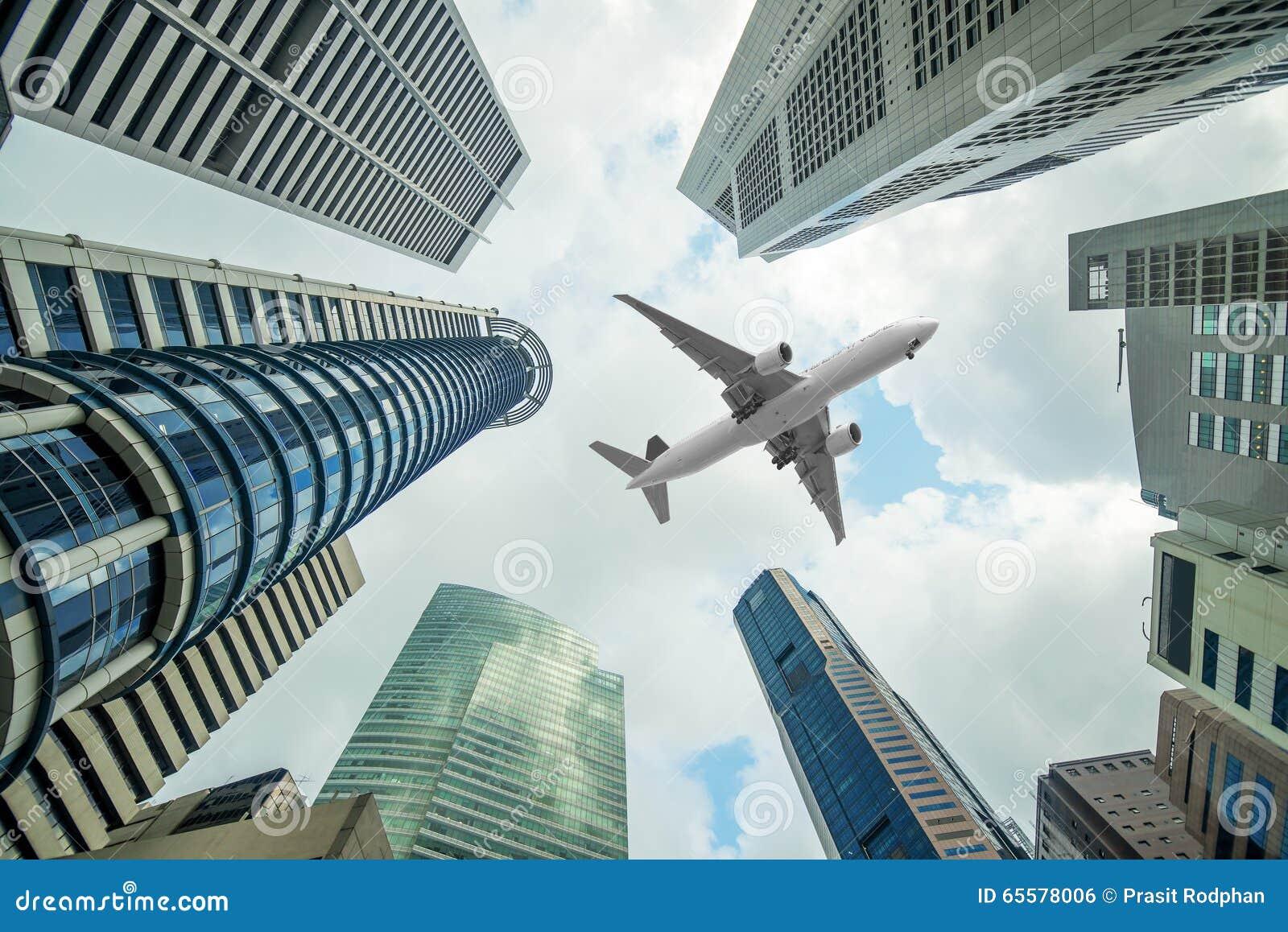 Construções altas da cidade e um voo plano aéreo na manhã