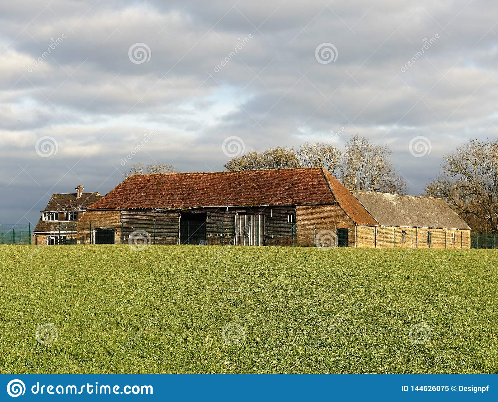 Construções de exploração agrícola abandonadas em Farm modelo novo, Sarratt