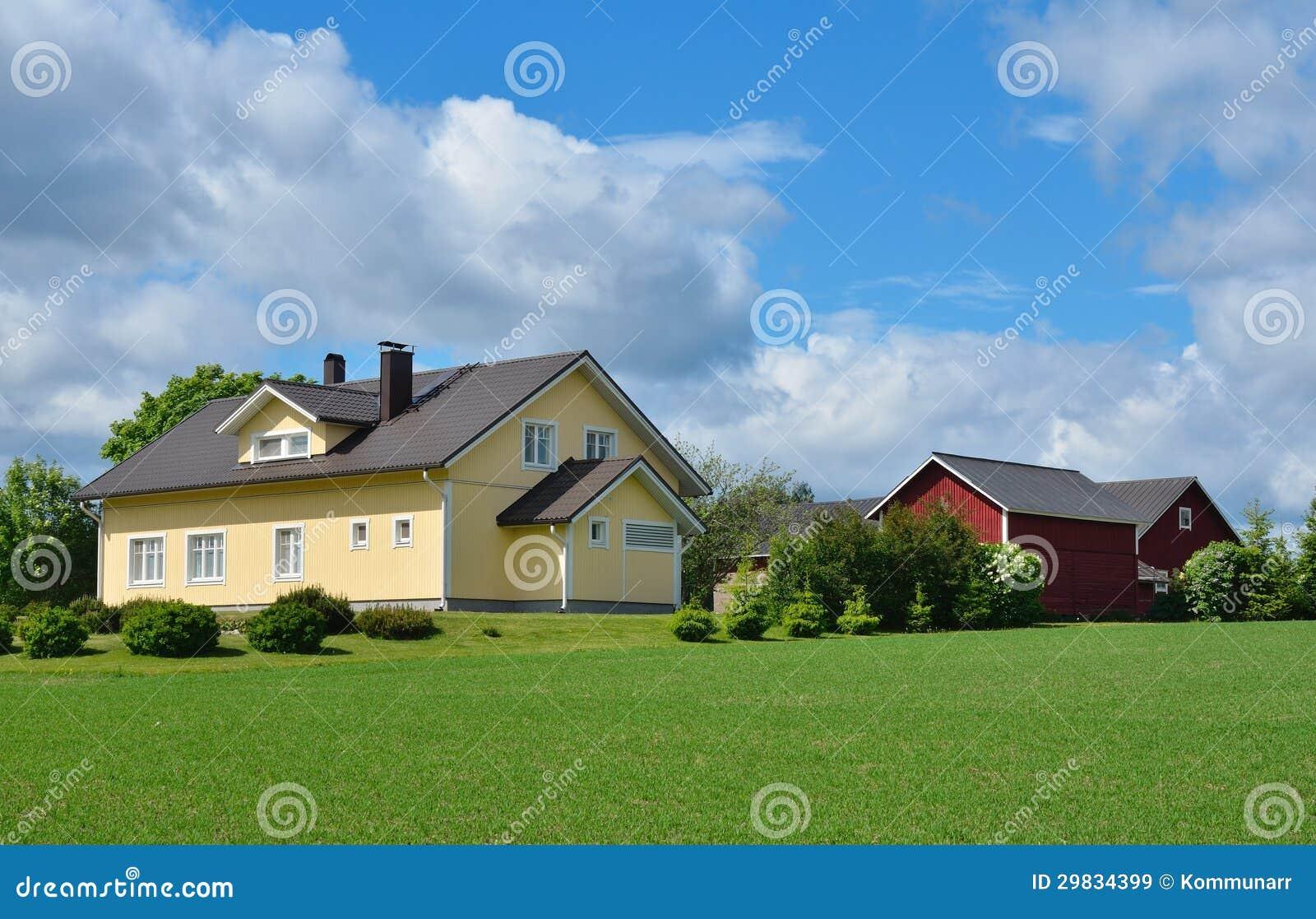 Construções modernas da casa de campo e de exploração agrícola