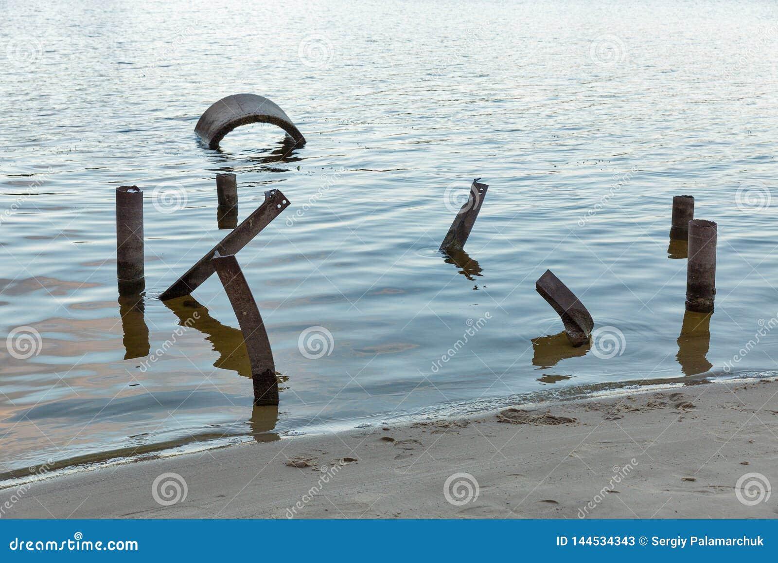 Construções do apocalipse do cargo na água Rio de Dnieper, Ucrânia