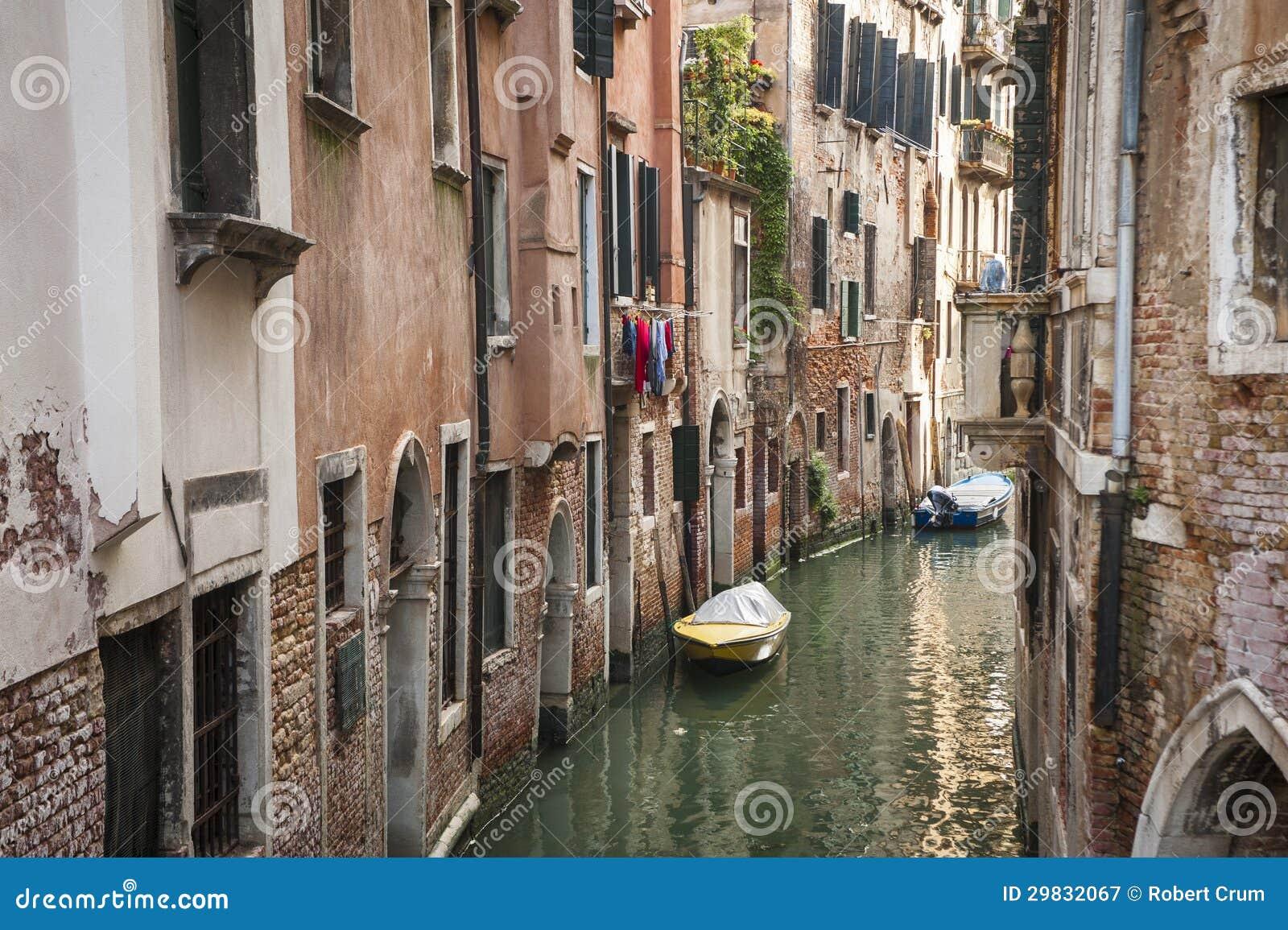 Construções ao lado de um canal, Veneza, Italia