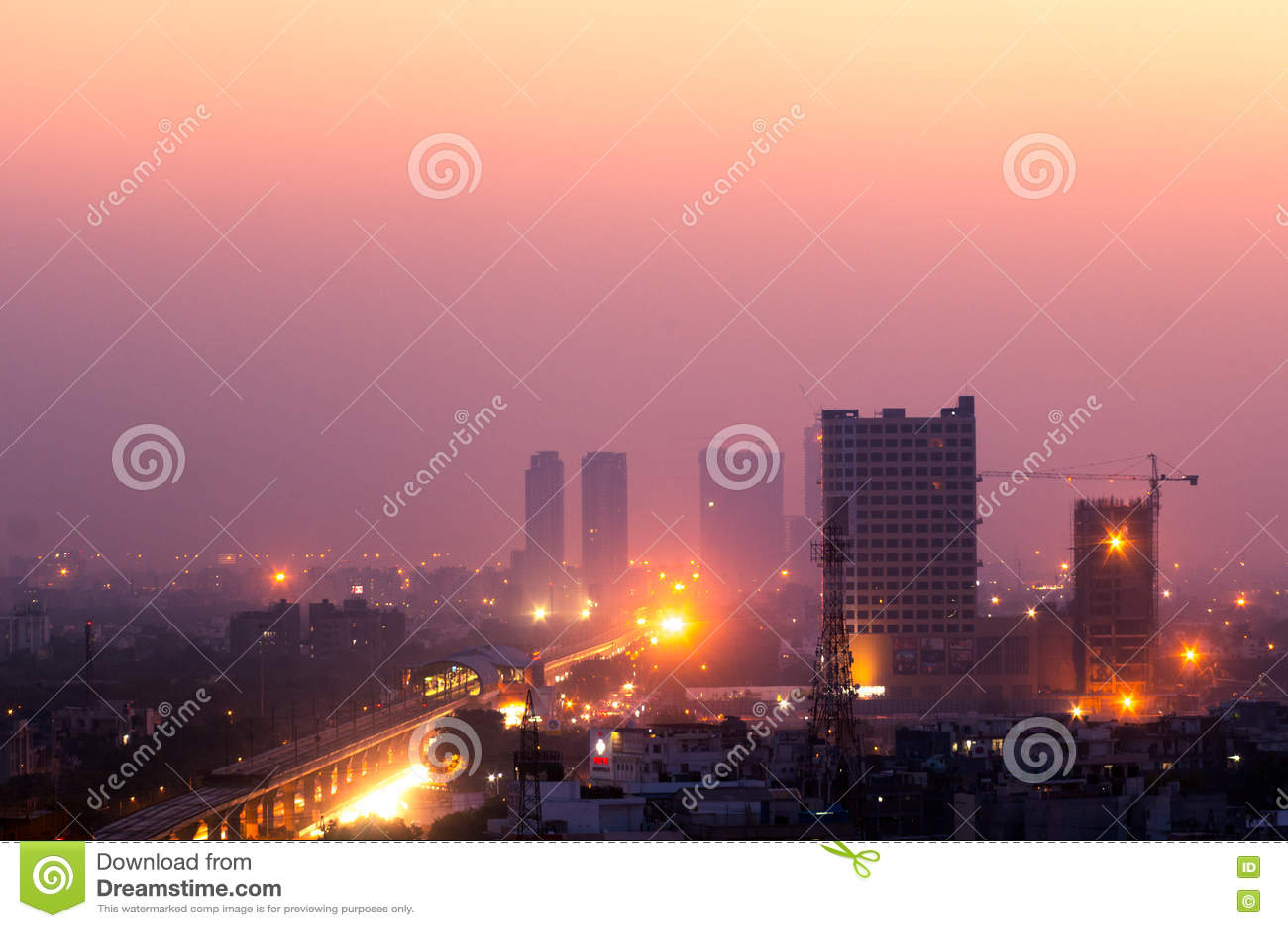Construções no crepúsculo na Índia de Noida